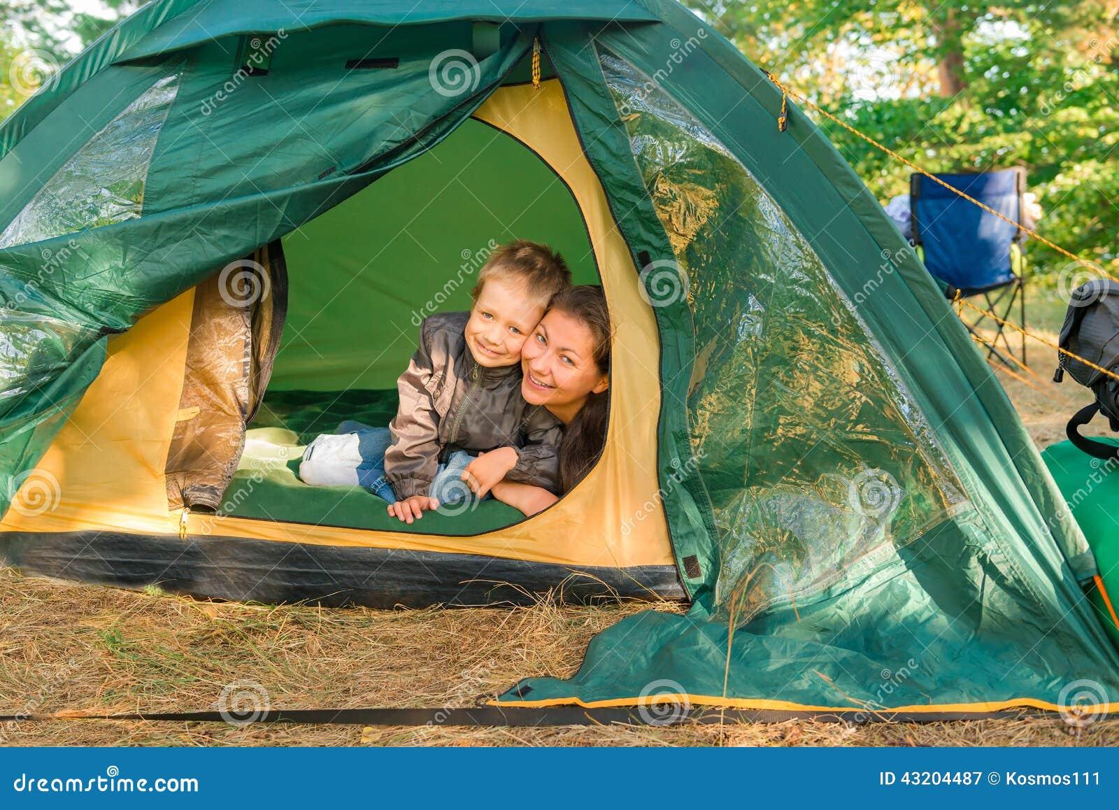 Download Moder och son i ett tält fotografering för bildbyråer. Bild av fritid - 43204487