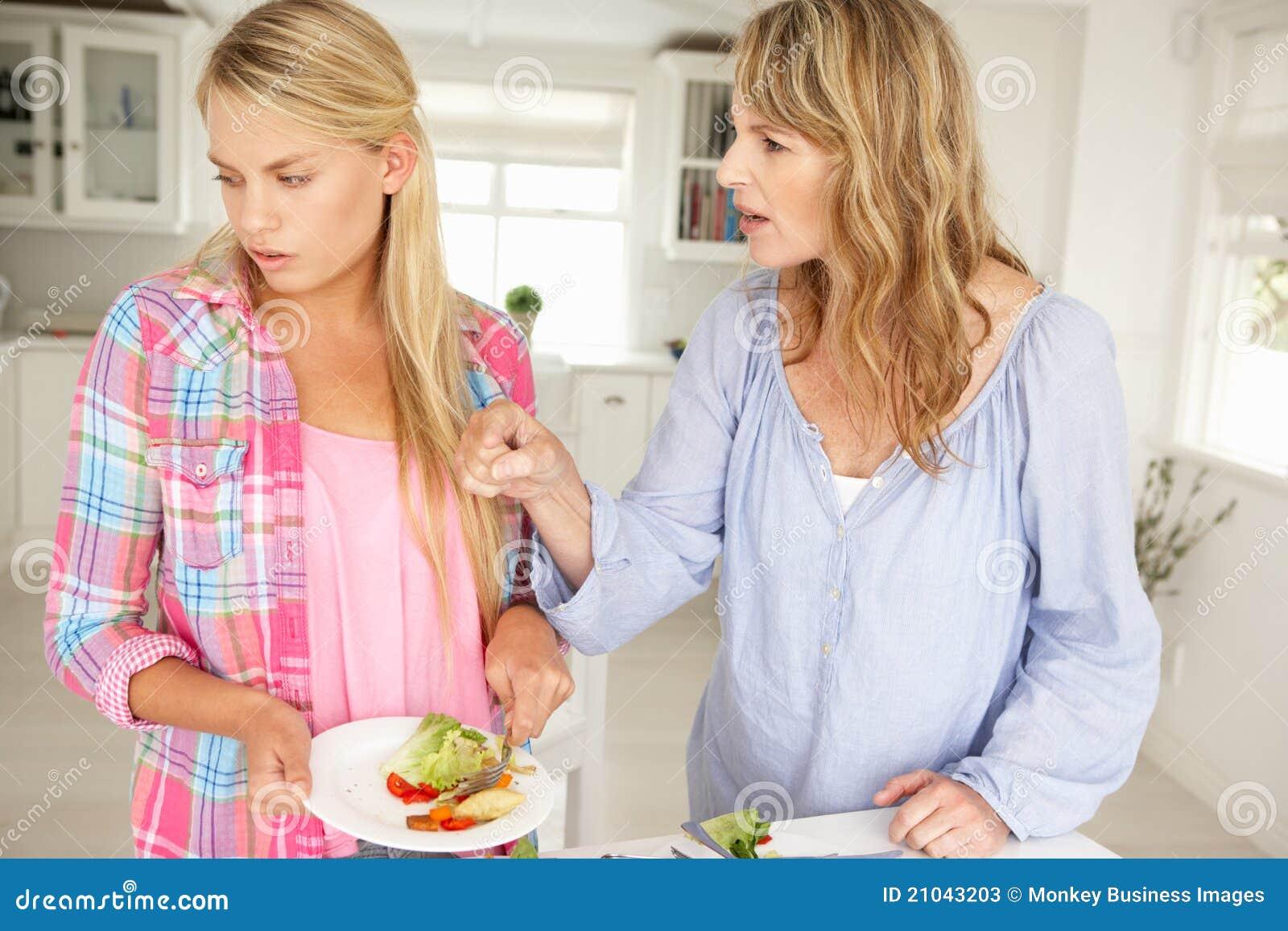 Moder och tonårs- argumentera för dotter