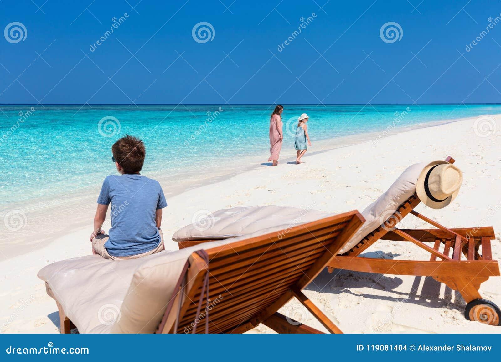 Moder och ungar på den tropiska stranden
