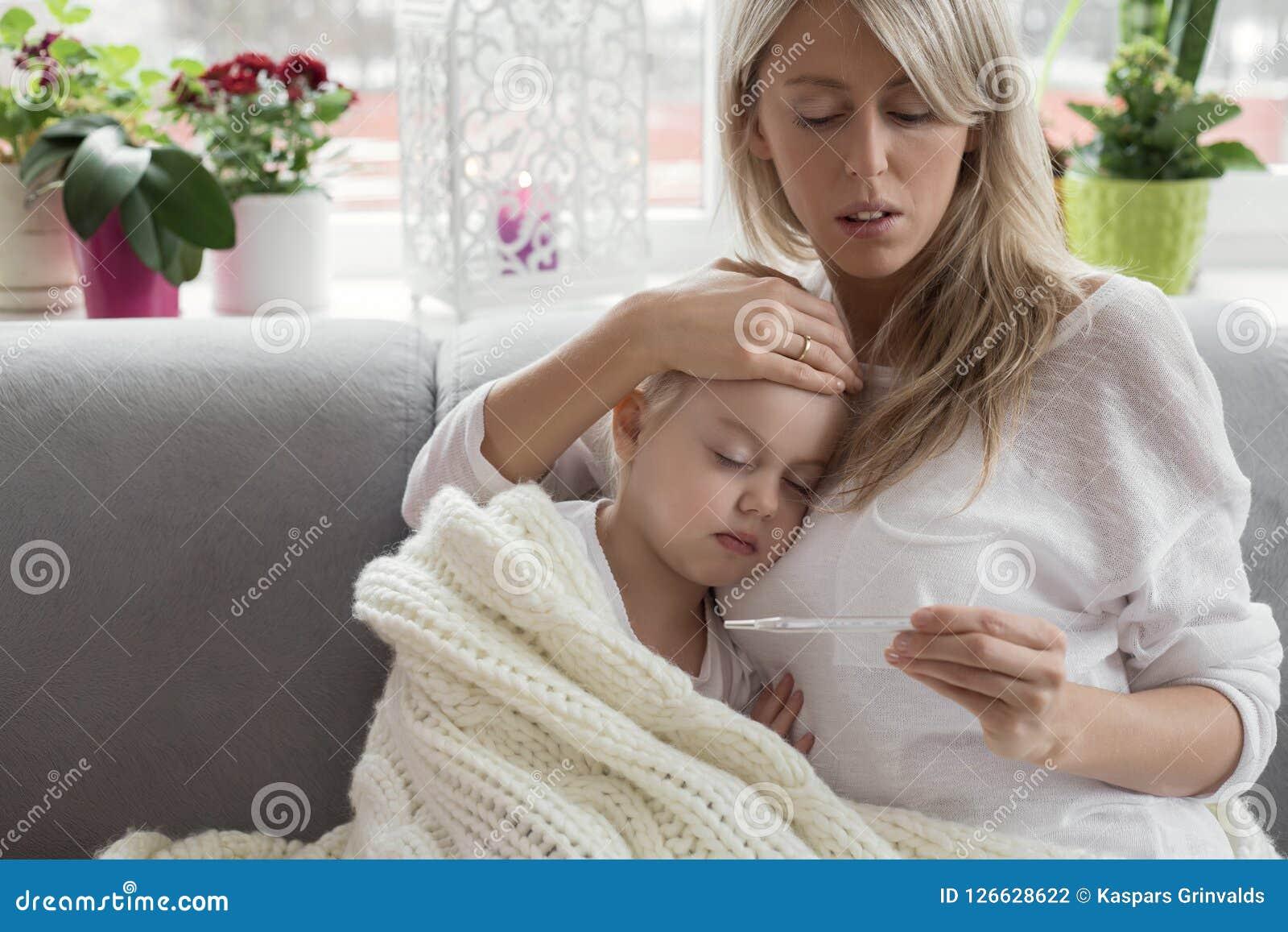 Moder som hemma blir med hennes sjuka barn