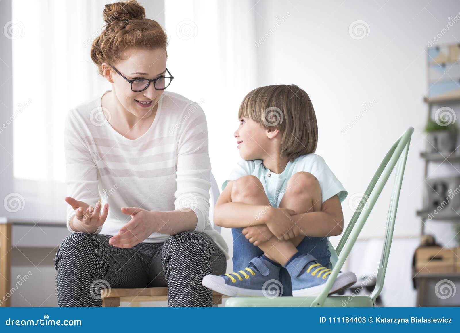Moder som talar till att le sonen