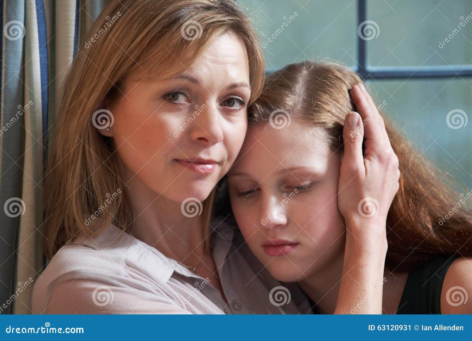Moder som tröstar den tonårs- dottern
