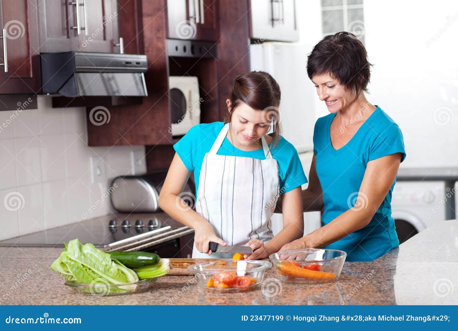 Moder som undervisar tonårs- dottermatlagning