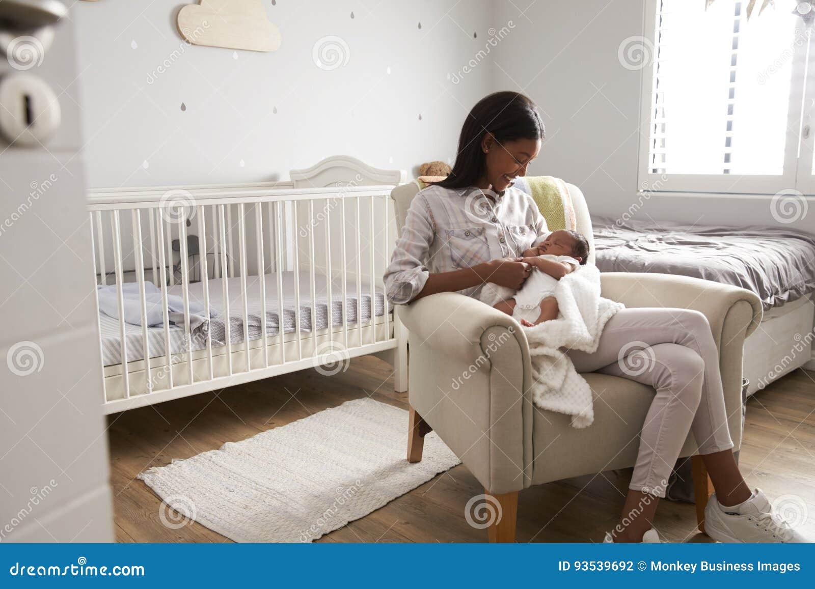 Moderhemmet från sjukhus med nyfött behandla som ett barn i barnkammare