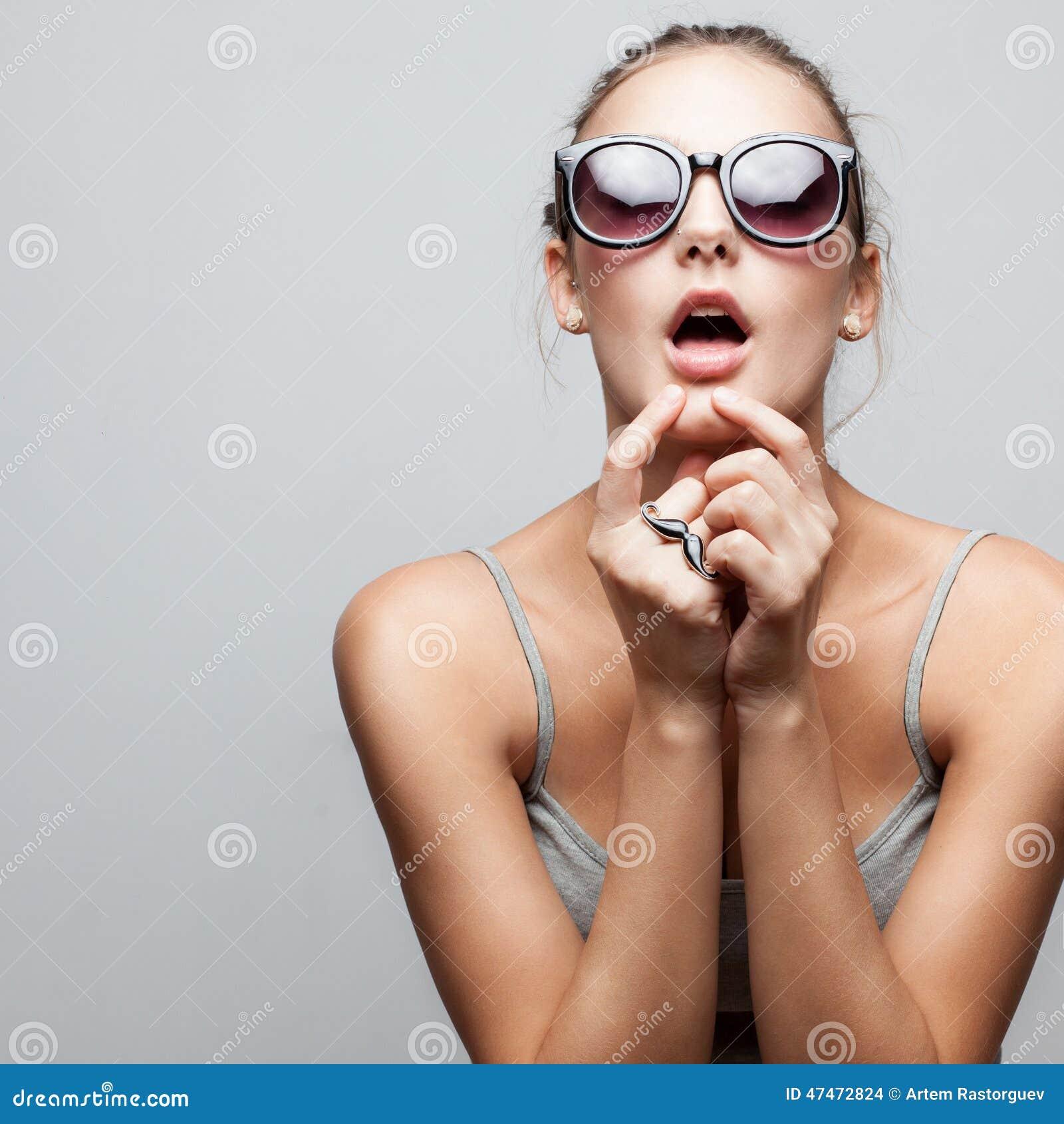 Moderiktig flicka i solglasögon
