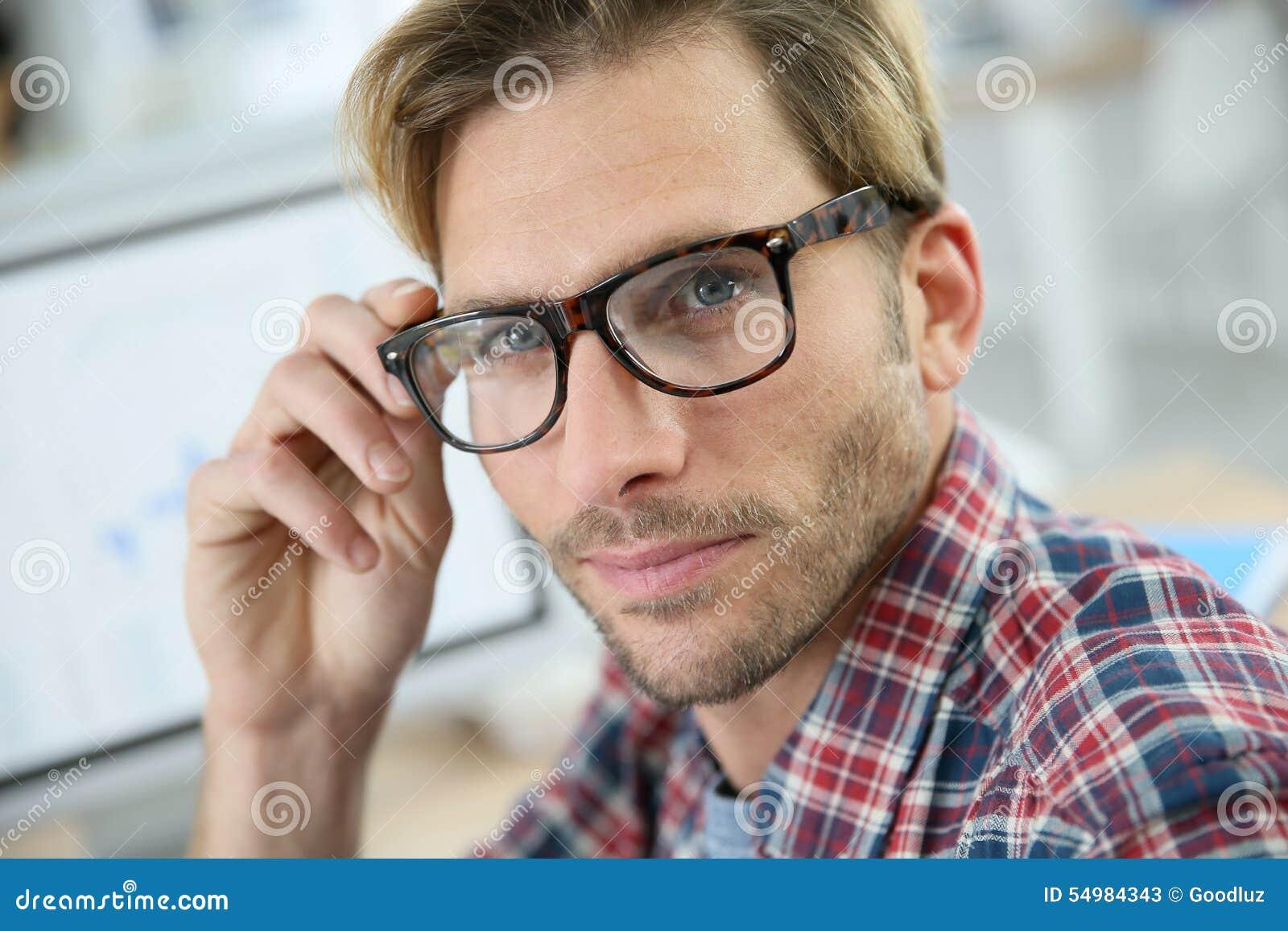 Moderiktig man med glasögon på kontoret