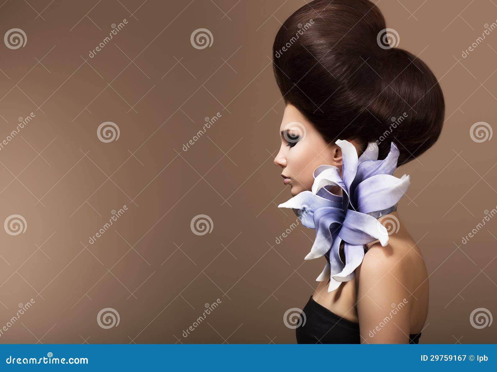 Utforma. Ursnyggt dana kvinnan med den moderiktiga frisyren. Bryna hår