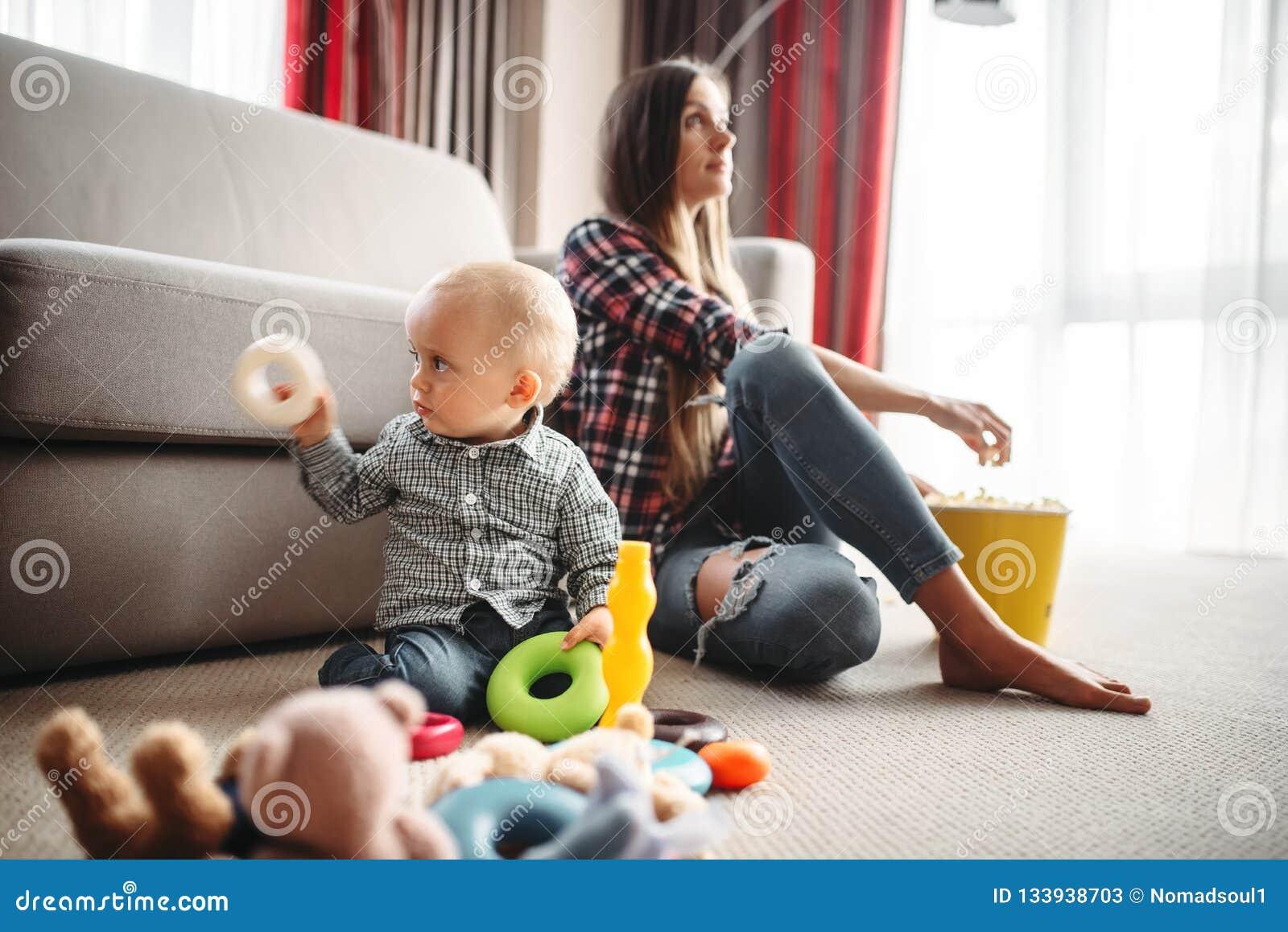Moderklockatv, unge nära, behandla som ett barn omsorgproblem