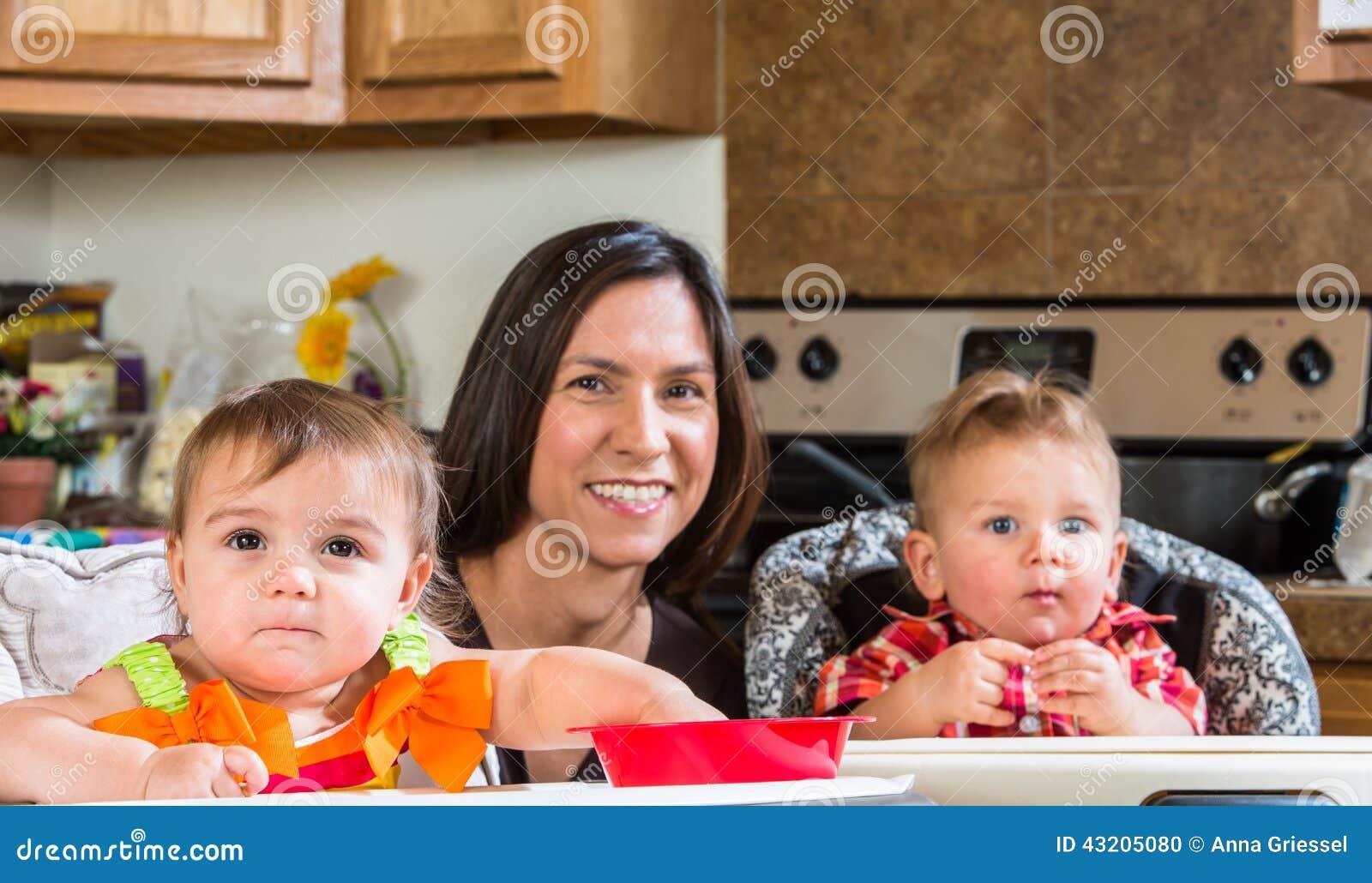 Download Moderleenden Med Behandla Som Ett Barn Arkivfoto - Bild av stående, hantverk: 43205080