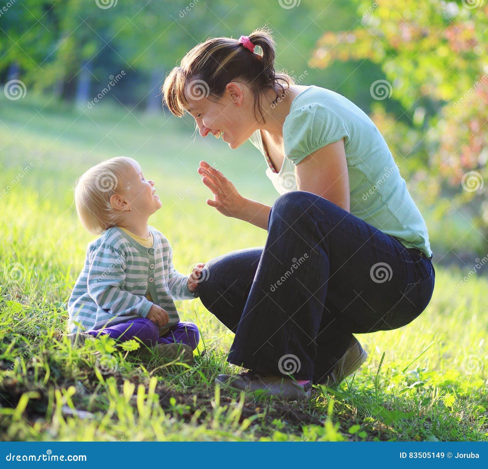 Moderlek med henne behandla som ett barn utomhus-