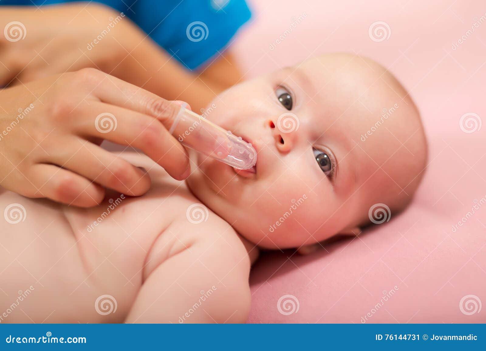 Moderlokalvård behandla som ett barn munnen för ` s med den speciala fingerspetsborsten