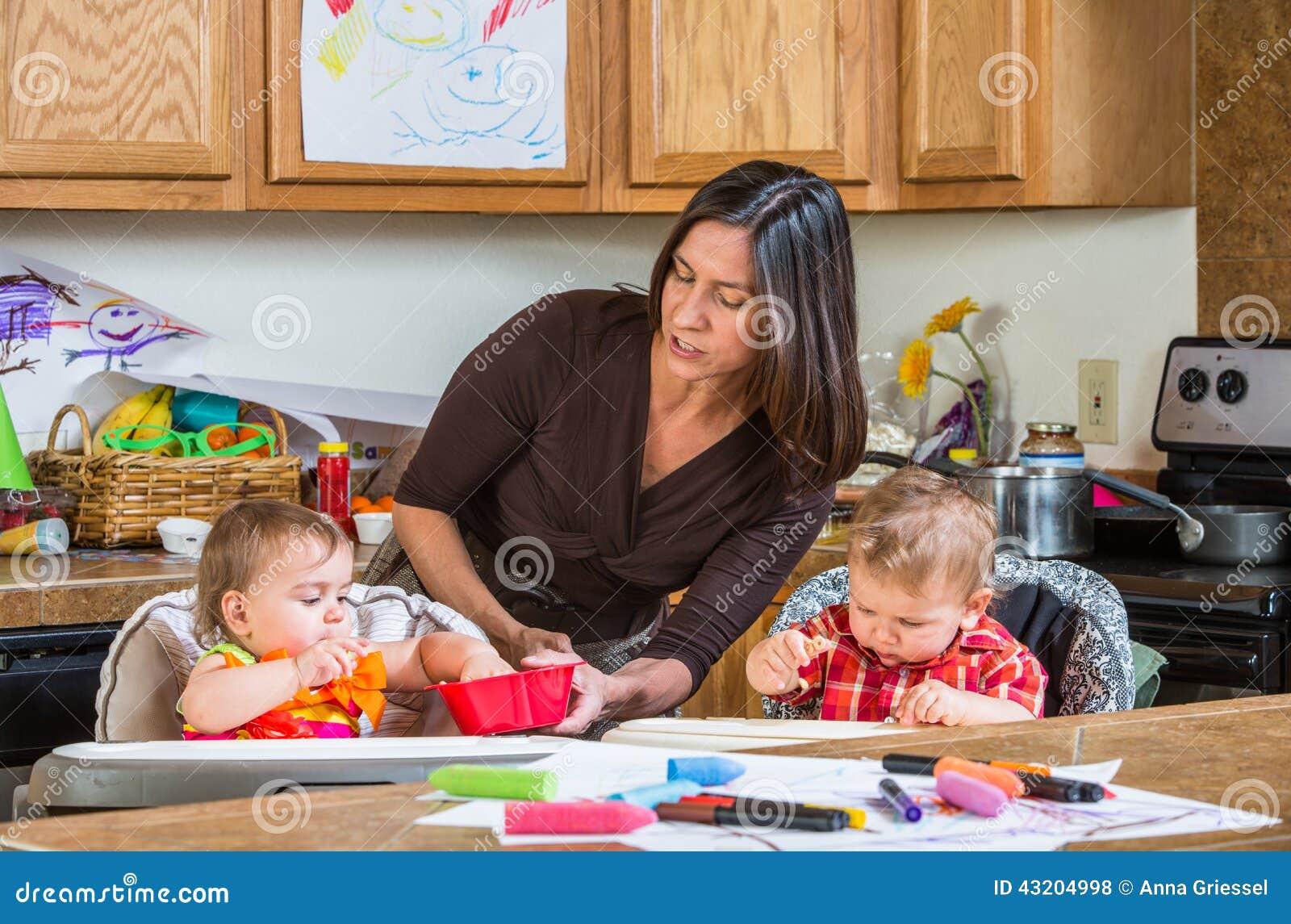 Download Modermatningar Behandla Som Ett Barn Arkivfoto - Bild av smutsigt, mess: 43204998