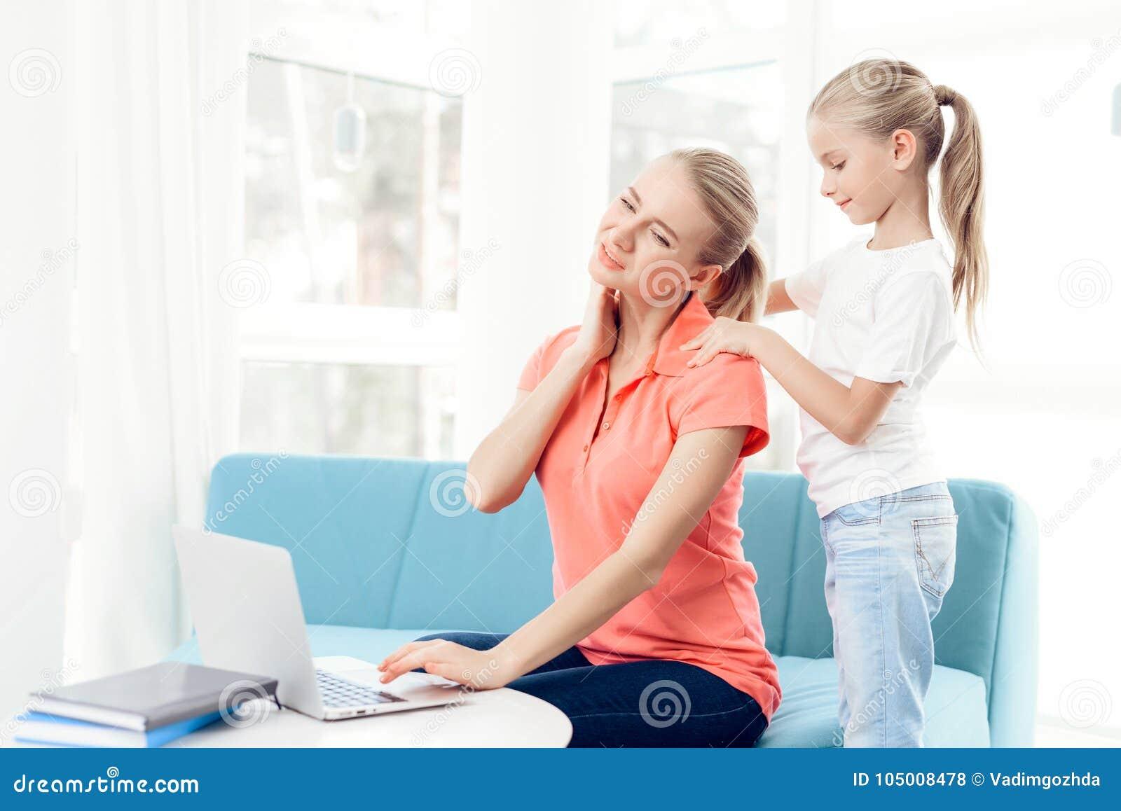 Modern är passionerad om att arbeta på en bärbar dator Döttrar har inte nog uppmärksamhet från moder
