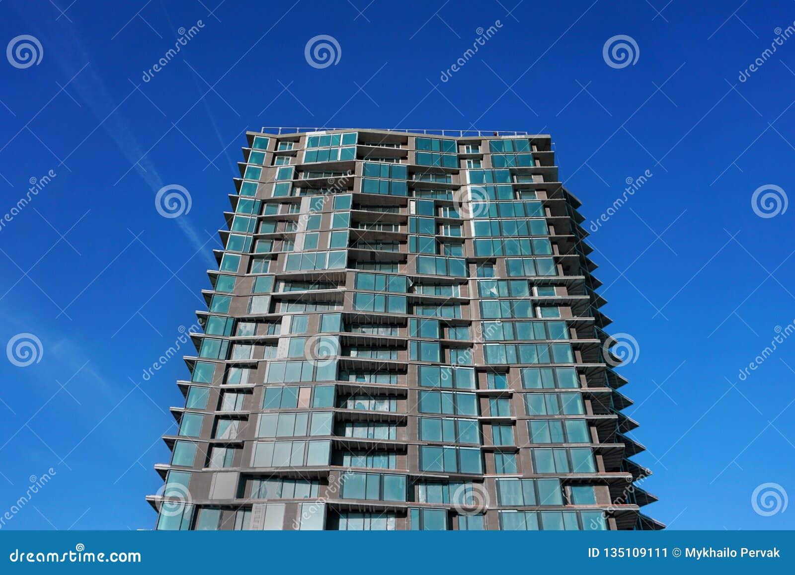 Modern övergiven byggnad Övergiven konkret byggnad Samtida arkitektur oavslutat Byggande fragment med fönster
