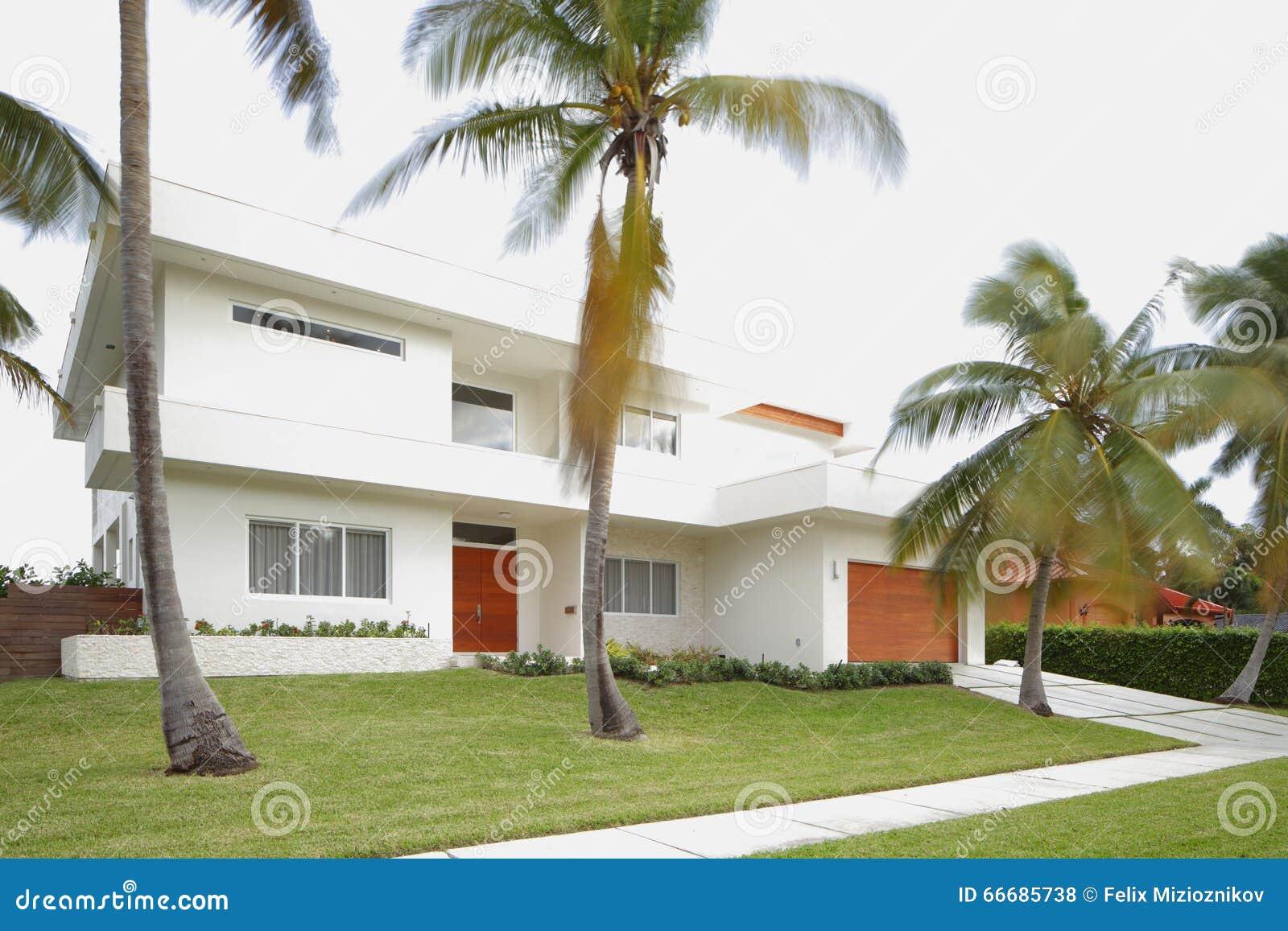 Modern abstract huis stock foto afbeelding 66685738 - Foto modern huis ...