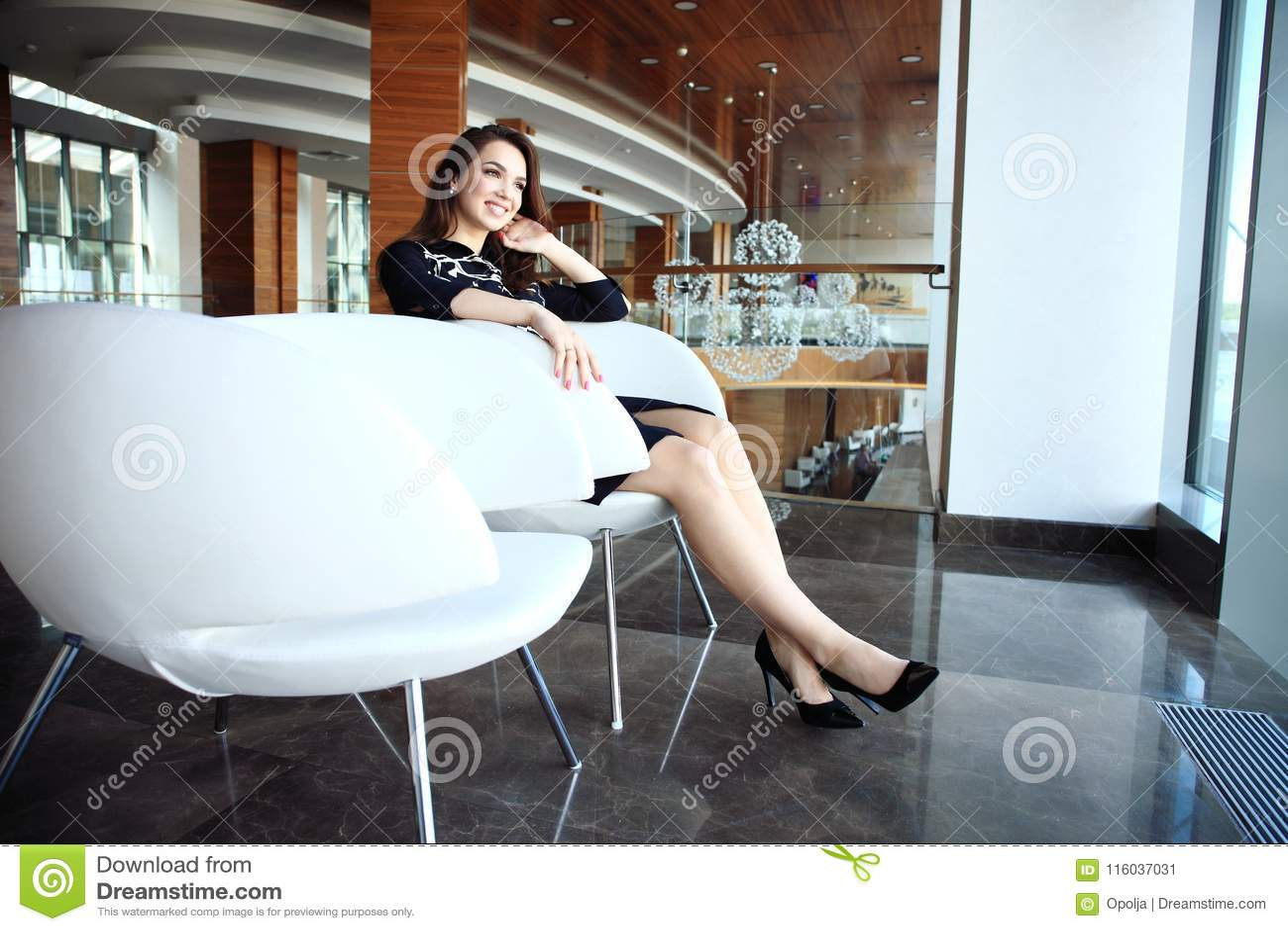 Modern affärskvinna i kontoret med kopieringsutrymme