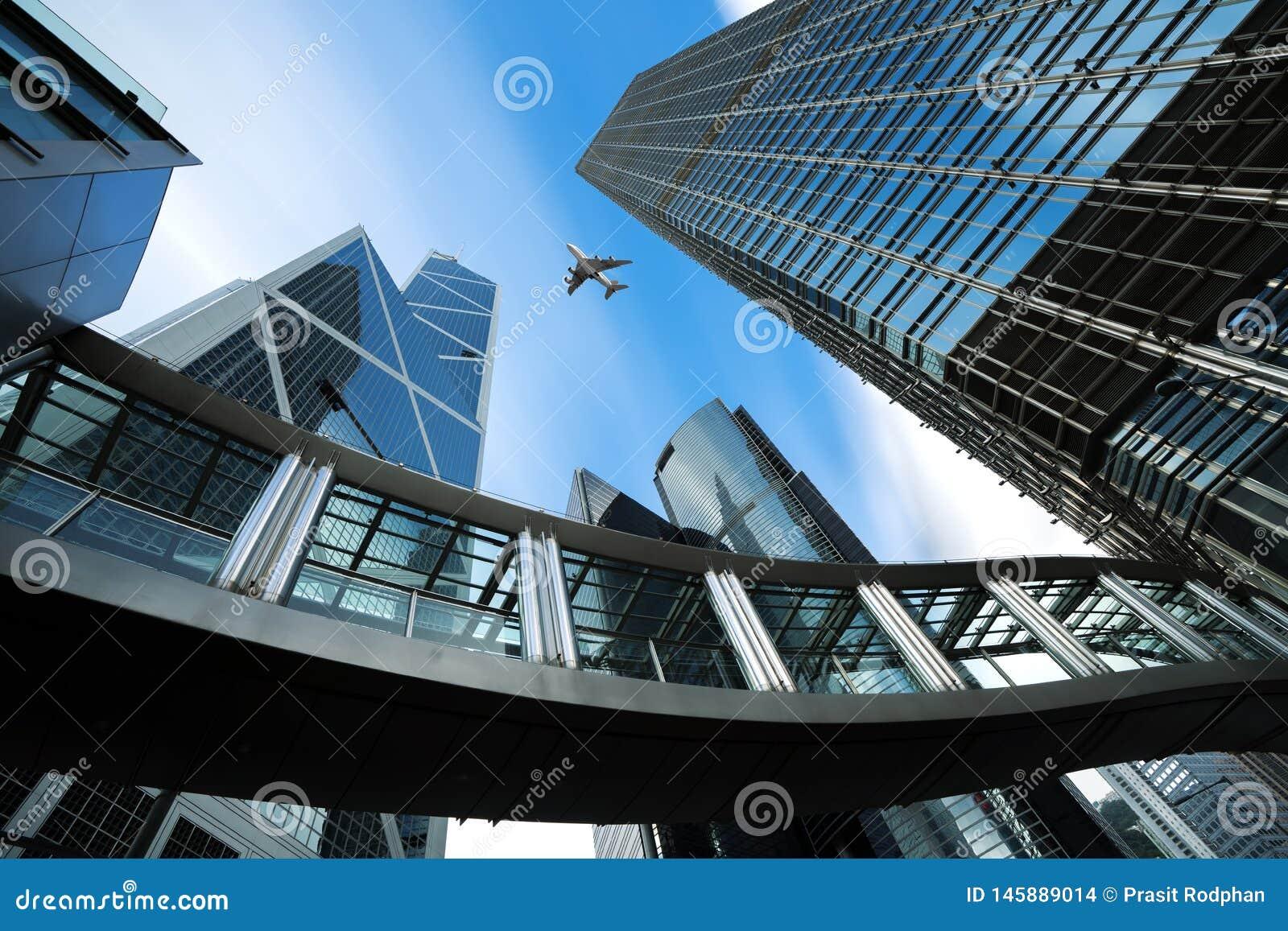 Modern aff?rsmitt i Hong Kong Skyskrapor i kommersiellt område med flygplanet som över flyger på Hong Kong askfat