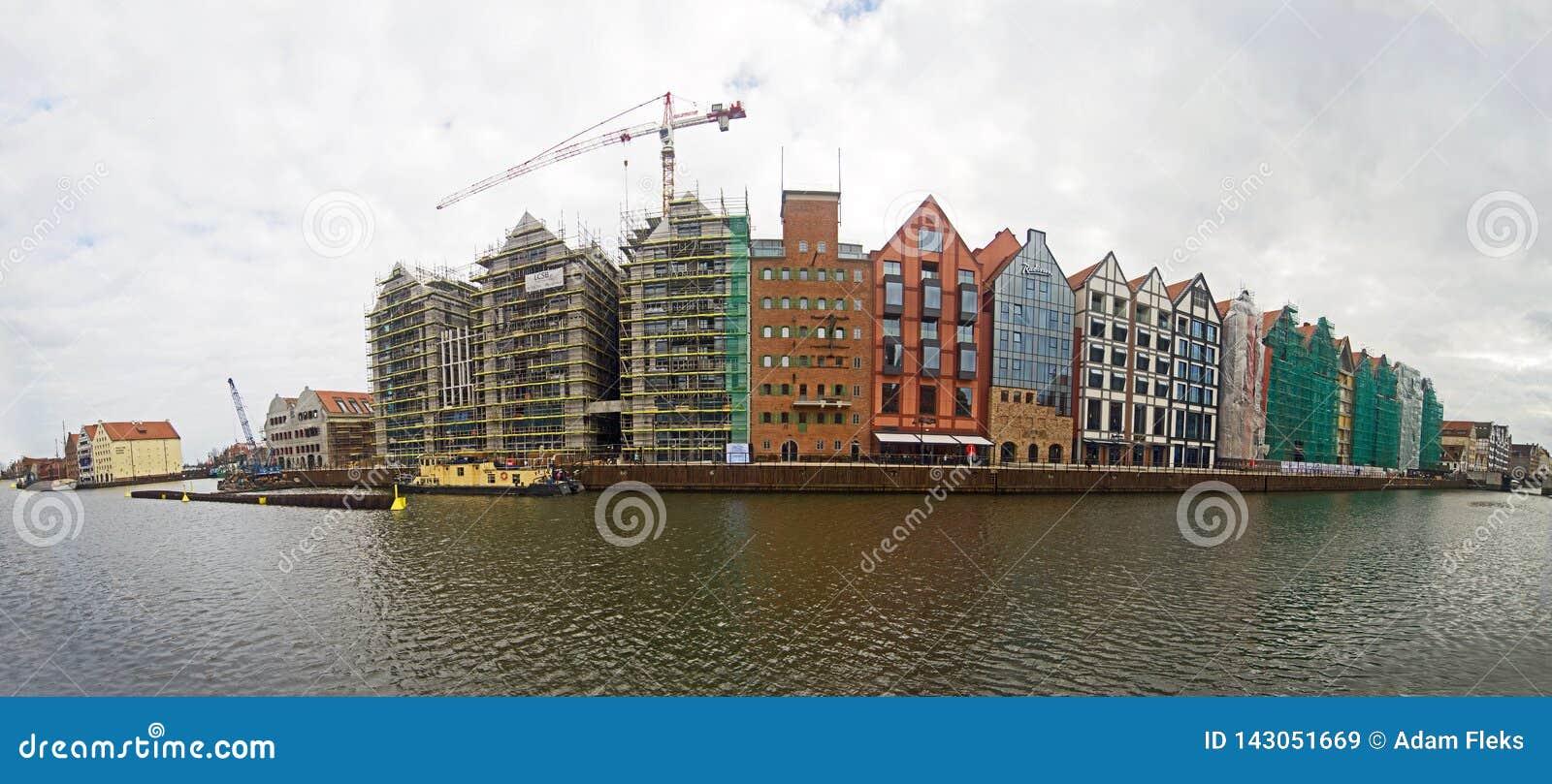 Modern arkitektur i gammal stad i Gdansk, spannmålsmagasinö