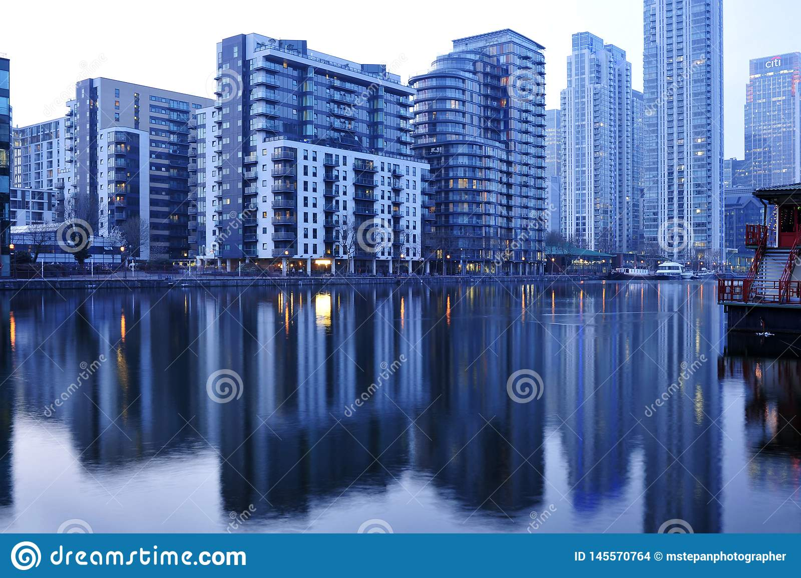 Modern arkitekturvattenreflexion London UK