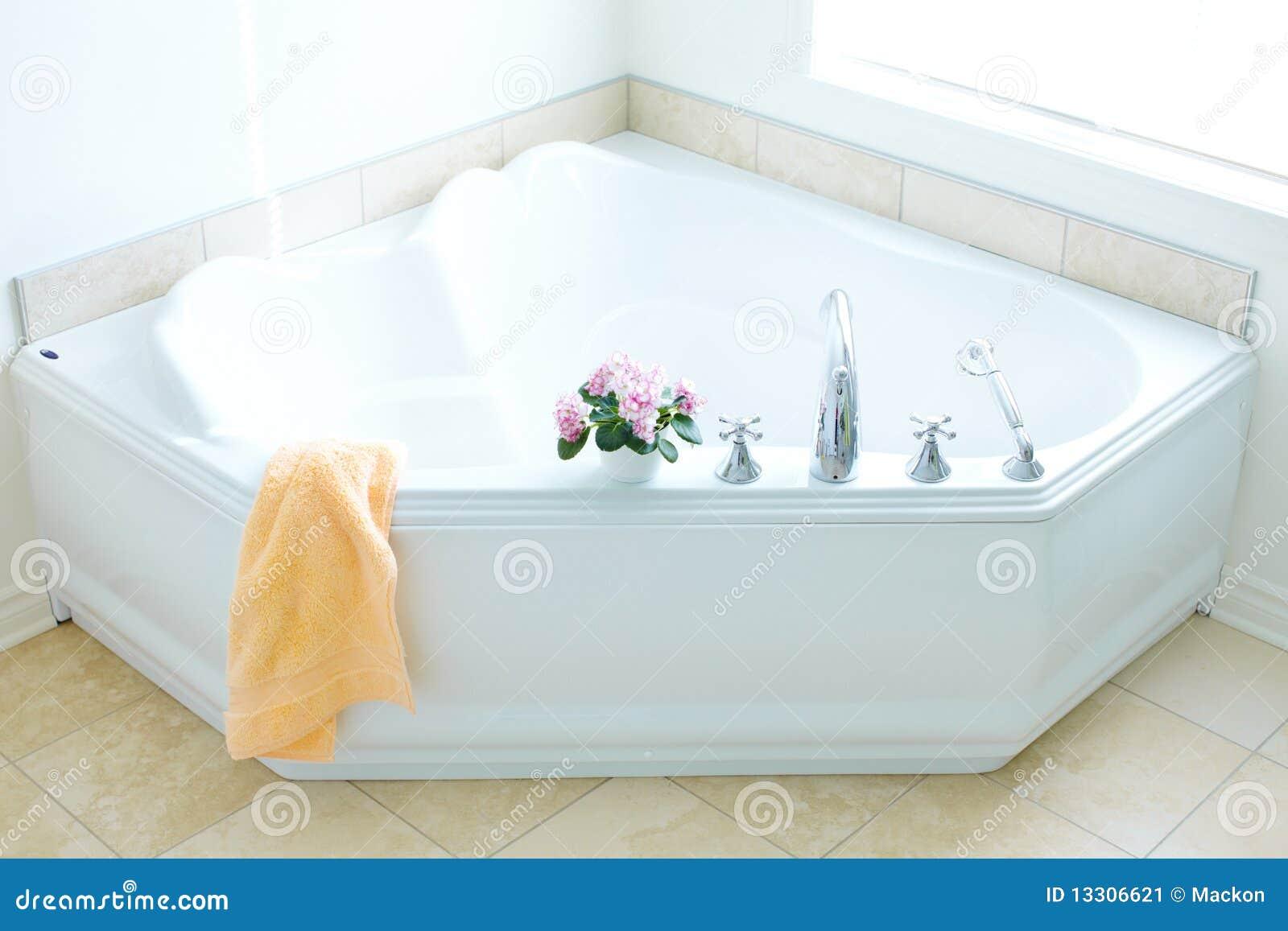 Modern bad. Badkamers stock afbeelding. Afbeelding bestaande uit ...