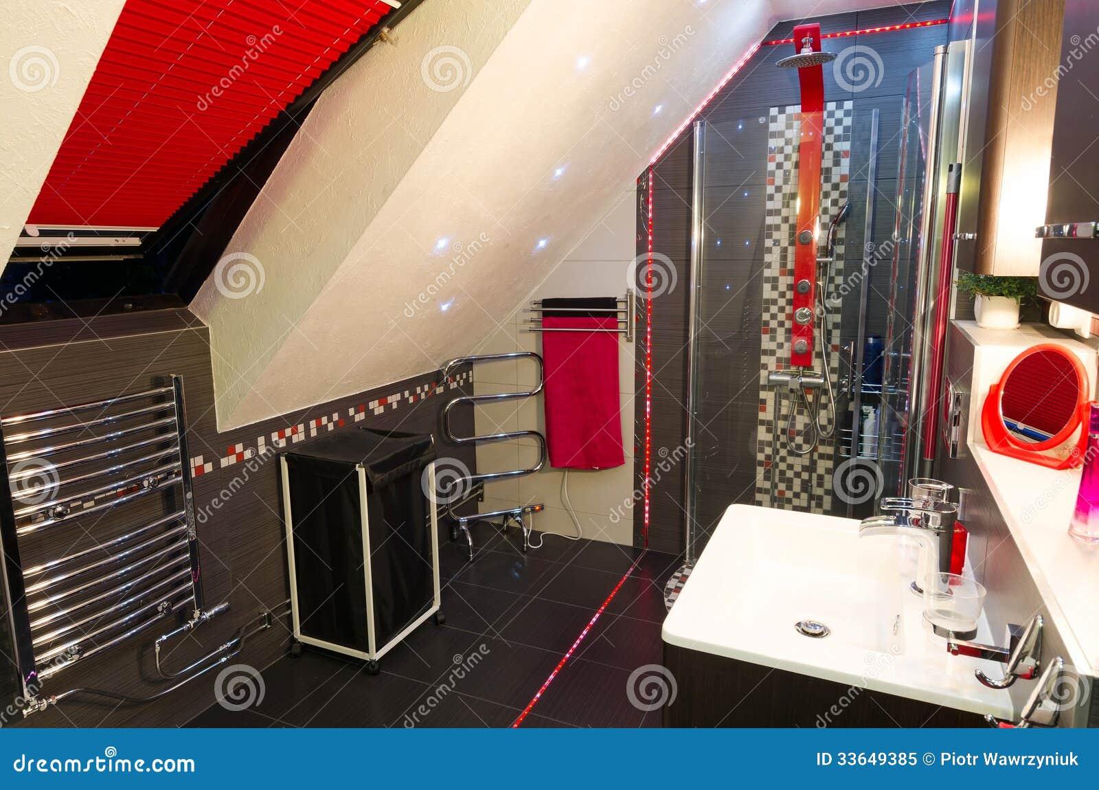 Modern badruminre i röda och bruna färger royaltyfri foto   bild ...
