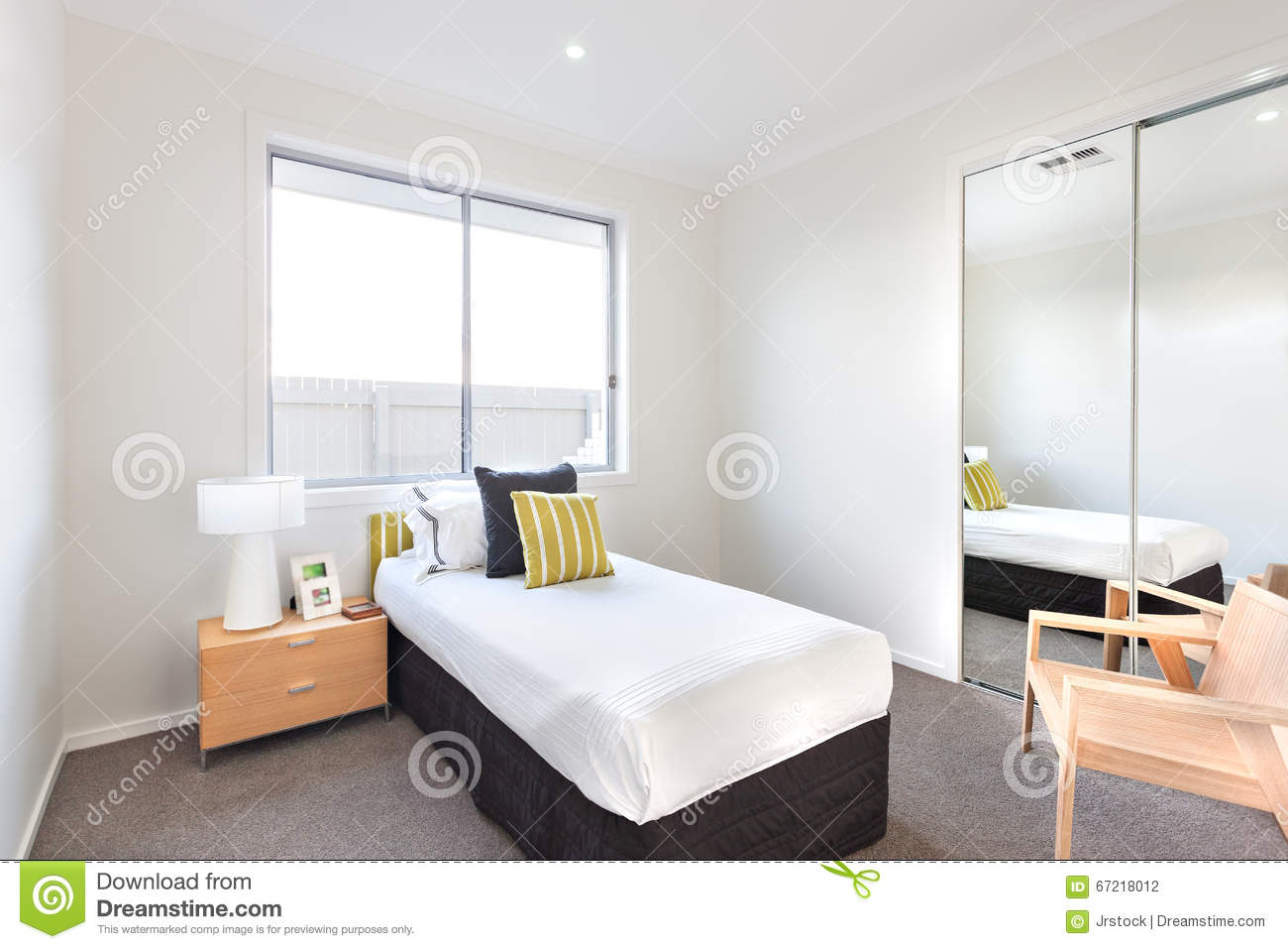 Modern bedroom with a single bed and white sheets near a for Chambre a coucher deux personnes