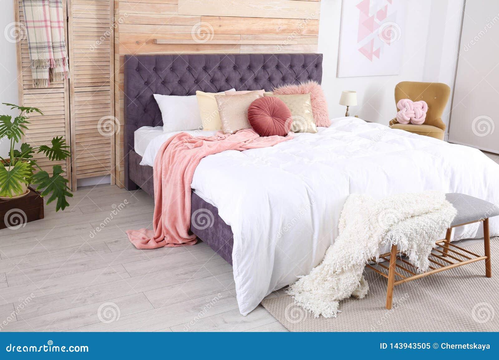 Modern binnenlands ontwerp van comfortabele slaapkamer