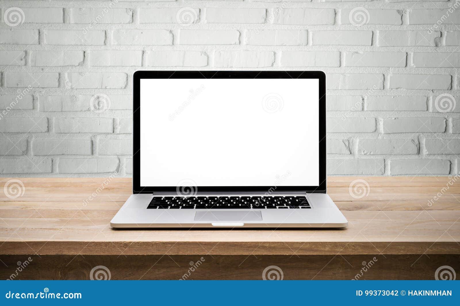Modern dator, bärbar dator med den tomma skärmen på väggtegelsten