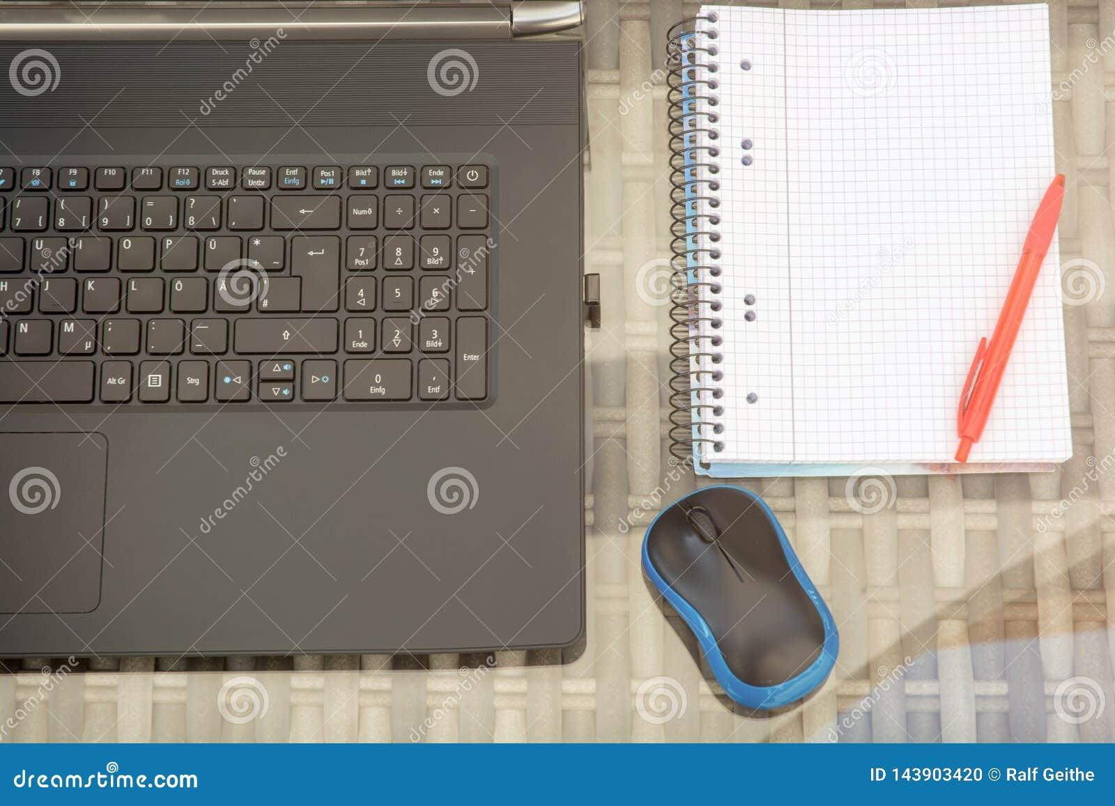 Modern datorarbetsplats med kopieringsutrymme i notepad