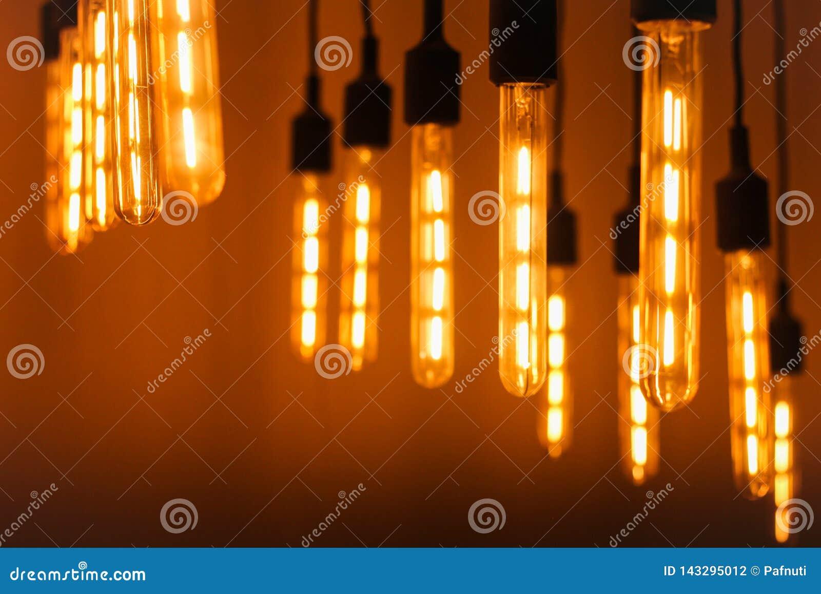 Modern edison lampa på en mörk bakgrund
