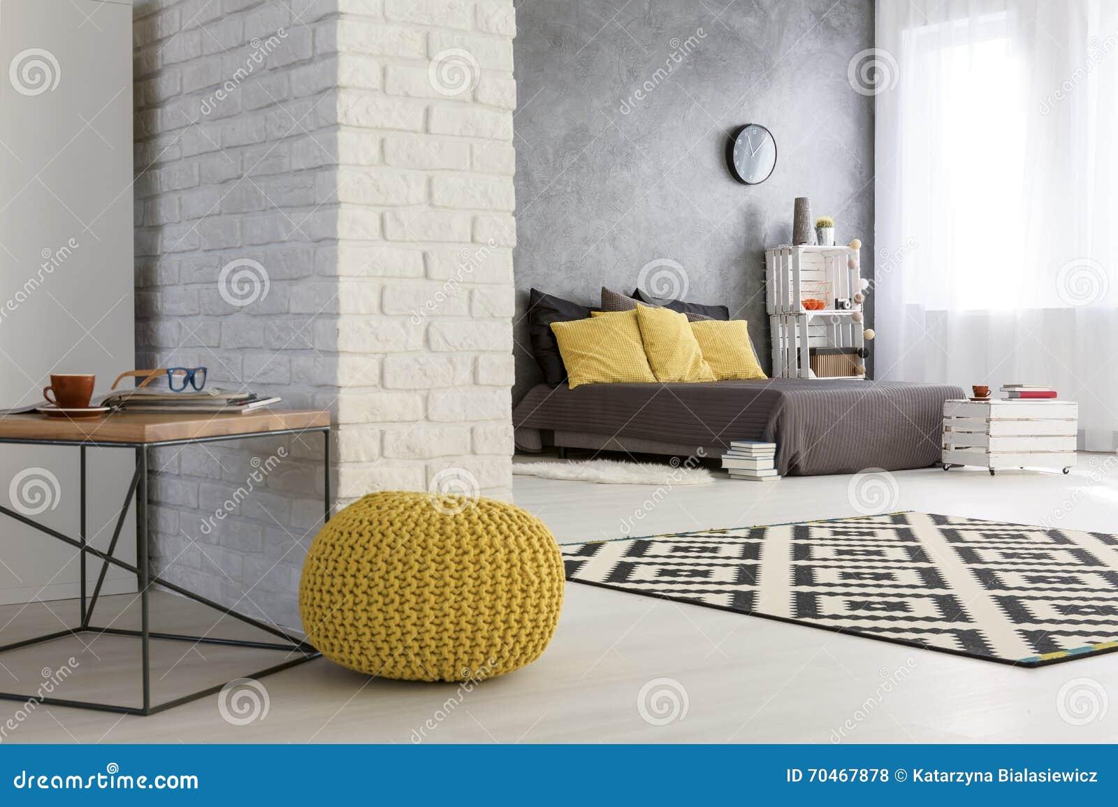 Modern falt med den dekorativa tegelstenväggen