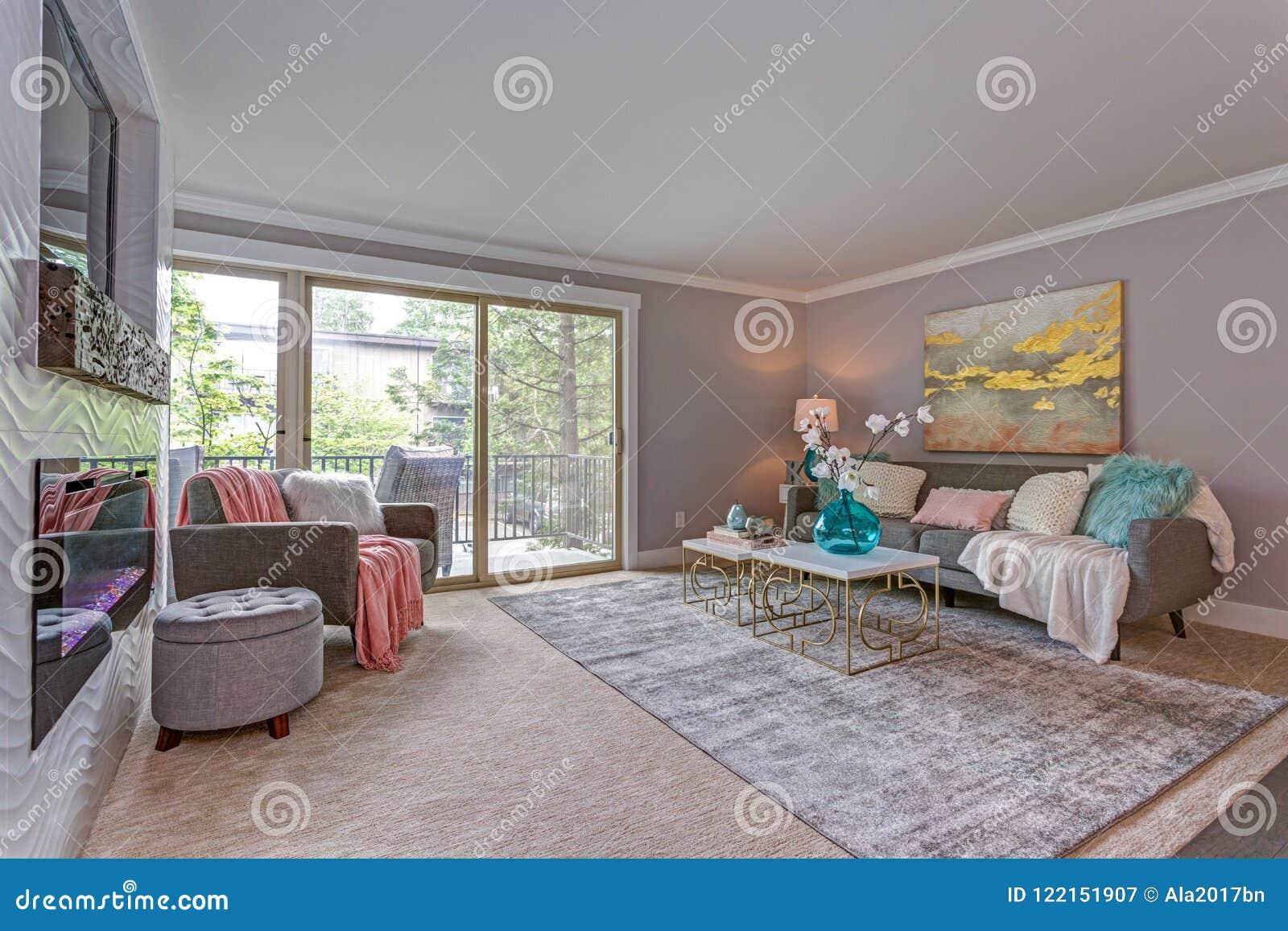 Modern flat binnenlands showcases het leven gebied met balkon