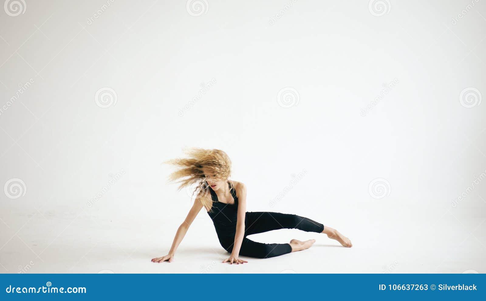 Modern härlig för dansaredans för tonårs- flicka samtida på vit bakgrund inomhus