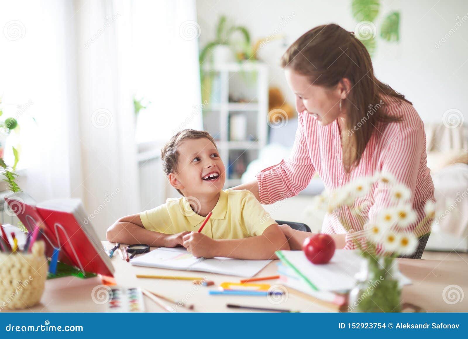 Modern hjälper sonen att göra kurser hem- skolgång, hem- kurser handleda kopplas in med barnet, undervisar för att skriva och räk