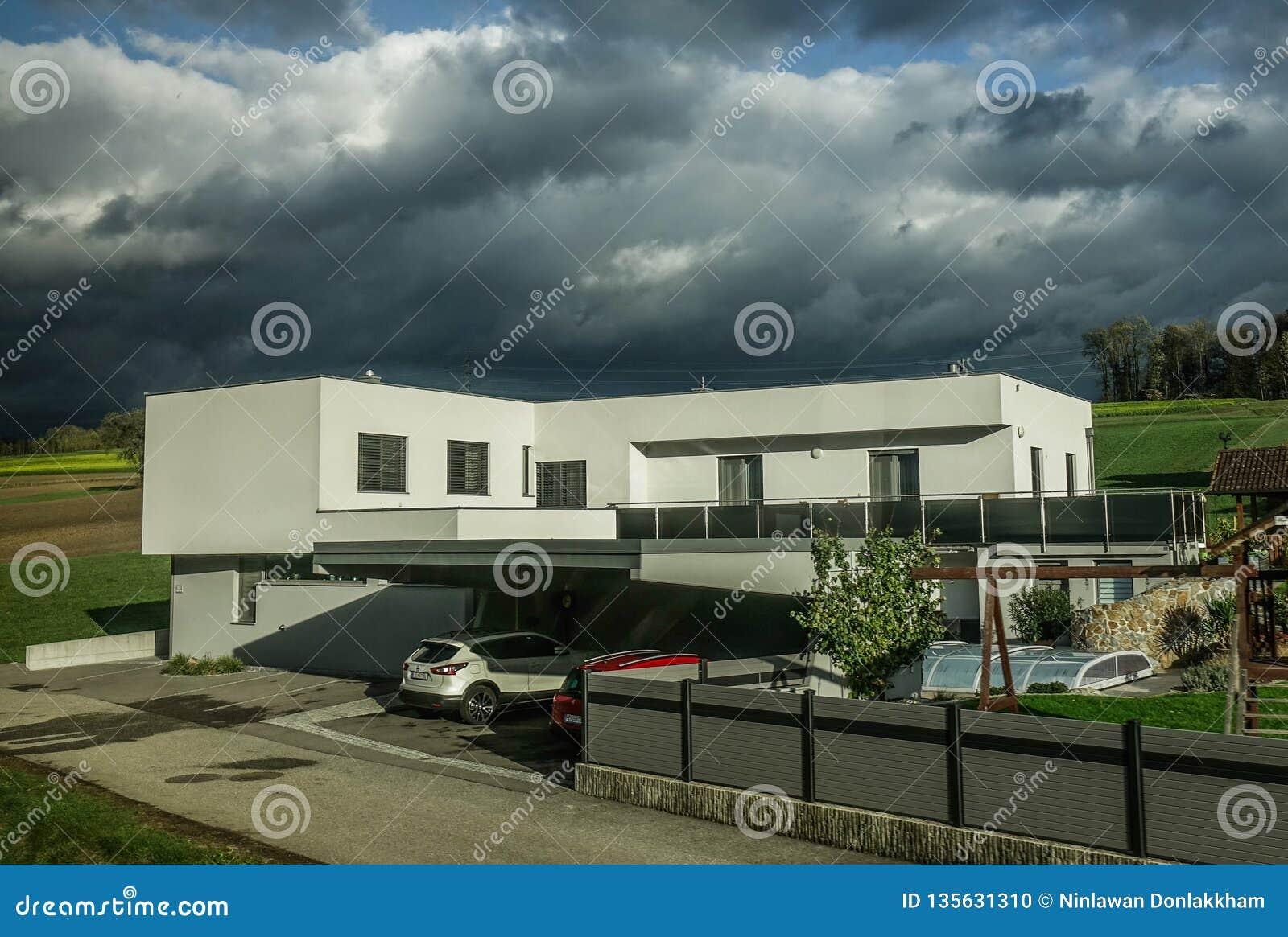 Modern huis bij platteland in Oostenrijk