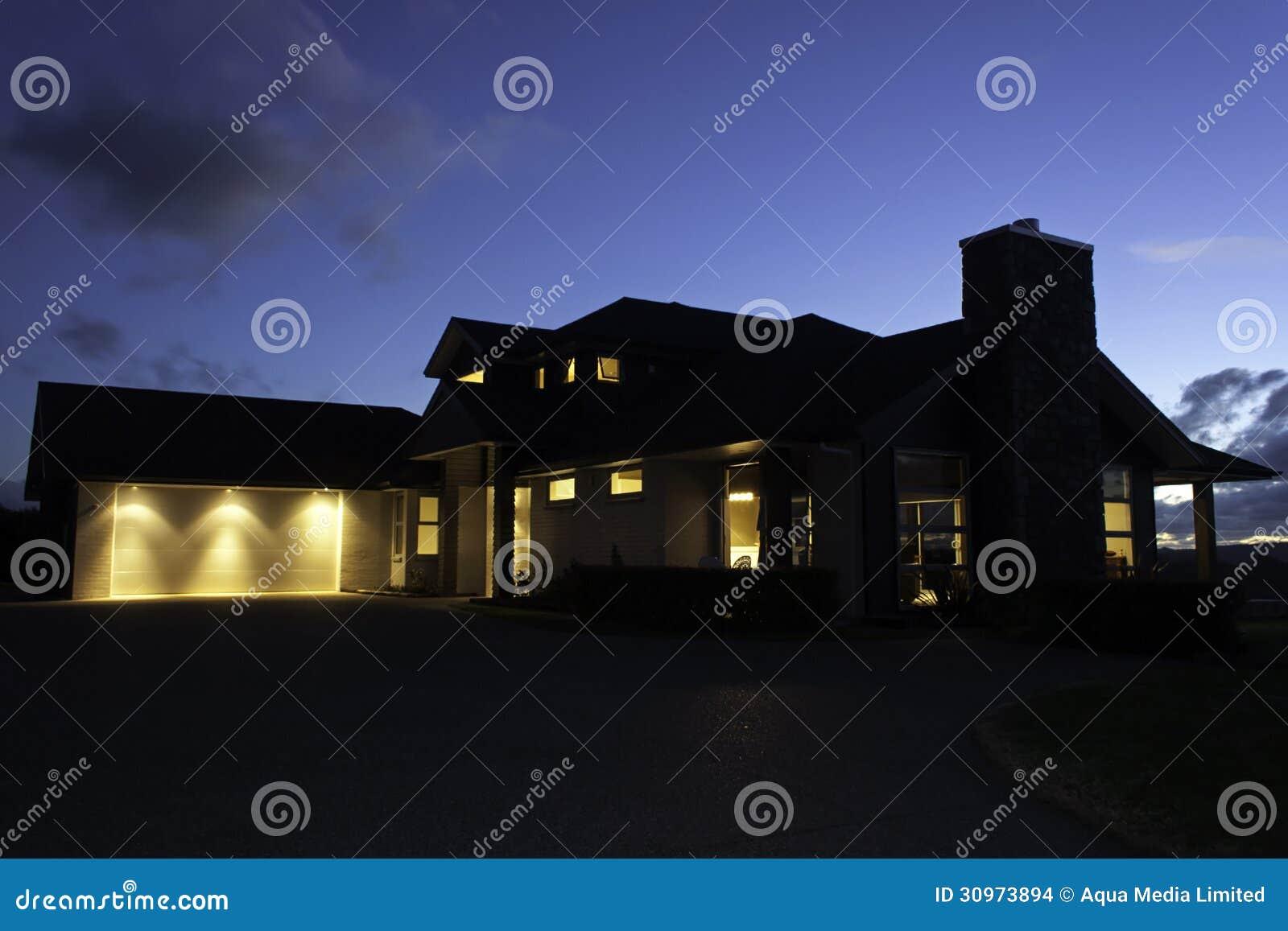 Modern Huis Buiten Met Verlichting Bij Nacht Stock Foto - Afbeelding ...