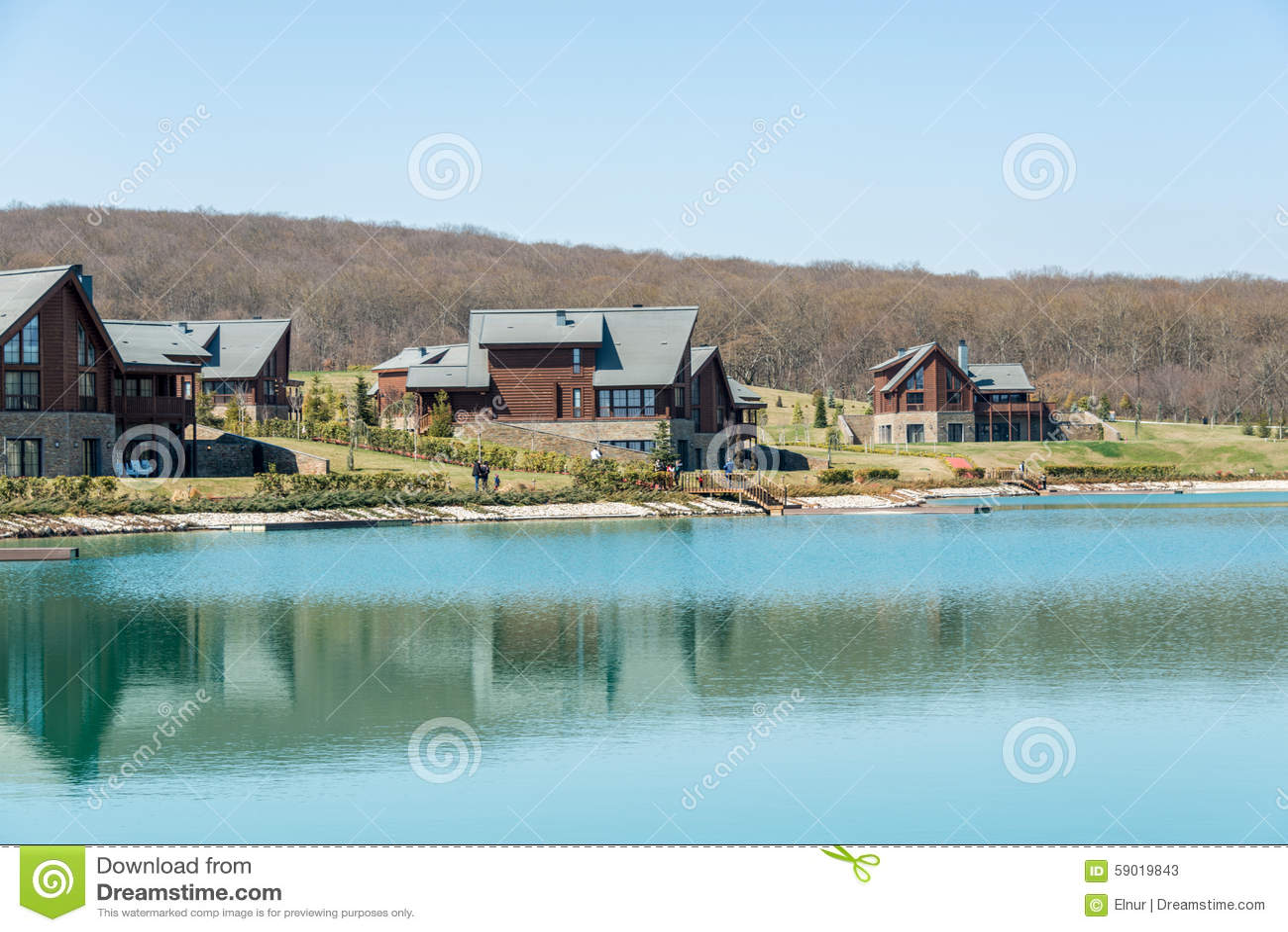 Modern huis dichtbij water op heldere dag stock afbeelding afbeelding 59019843 - Foto modern huis ...