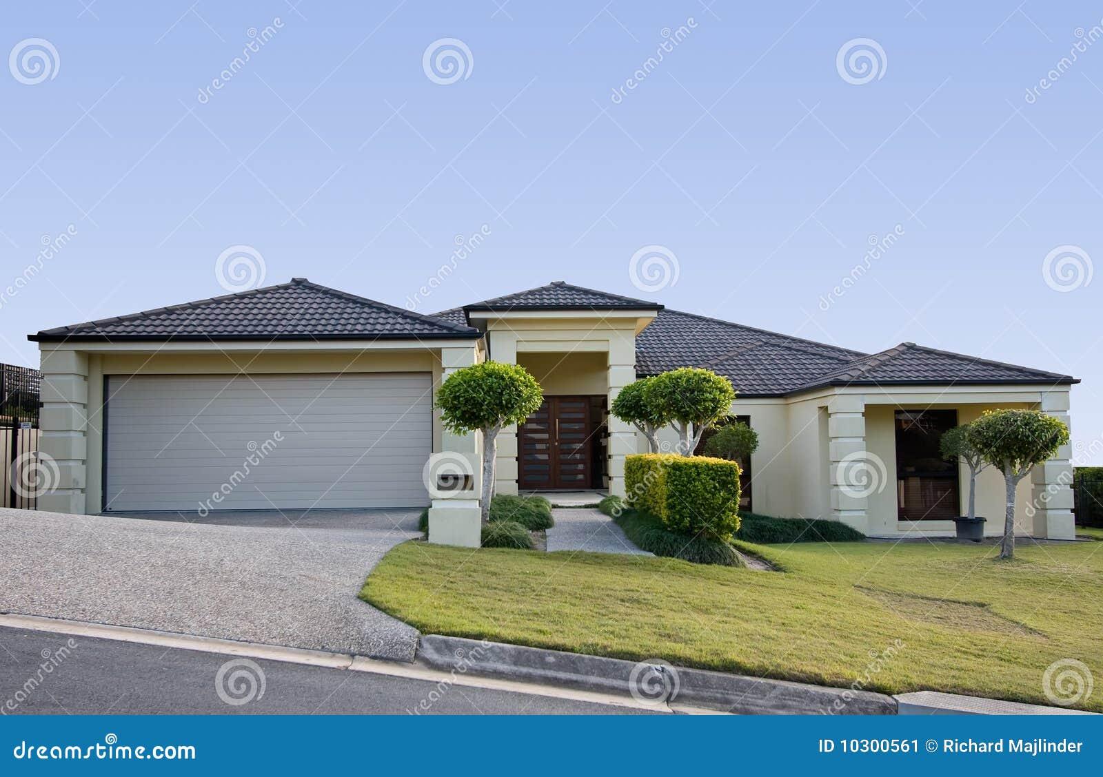 Modern huis in een eigentijds ontwerp stock afbeelding afbeelding 10300561 - Landscaping modern huis ...