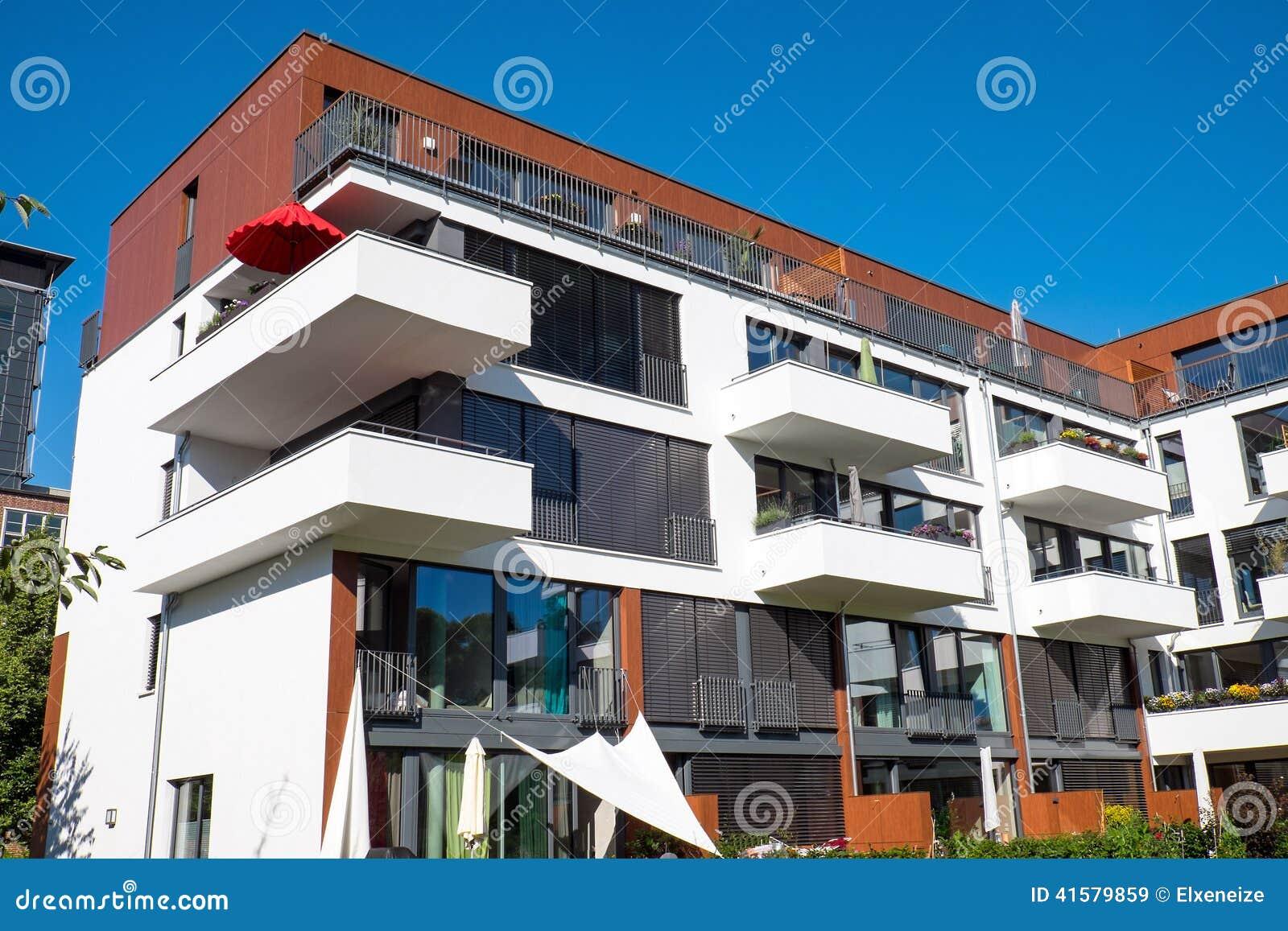 Modern Huis Met Balkons Stock Foto - Afbeelding: 41579859