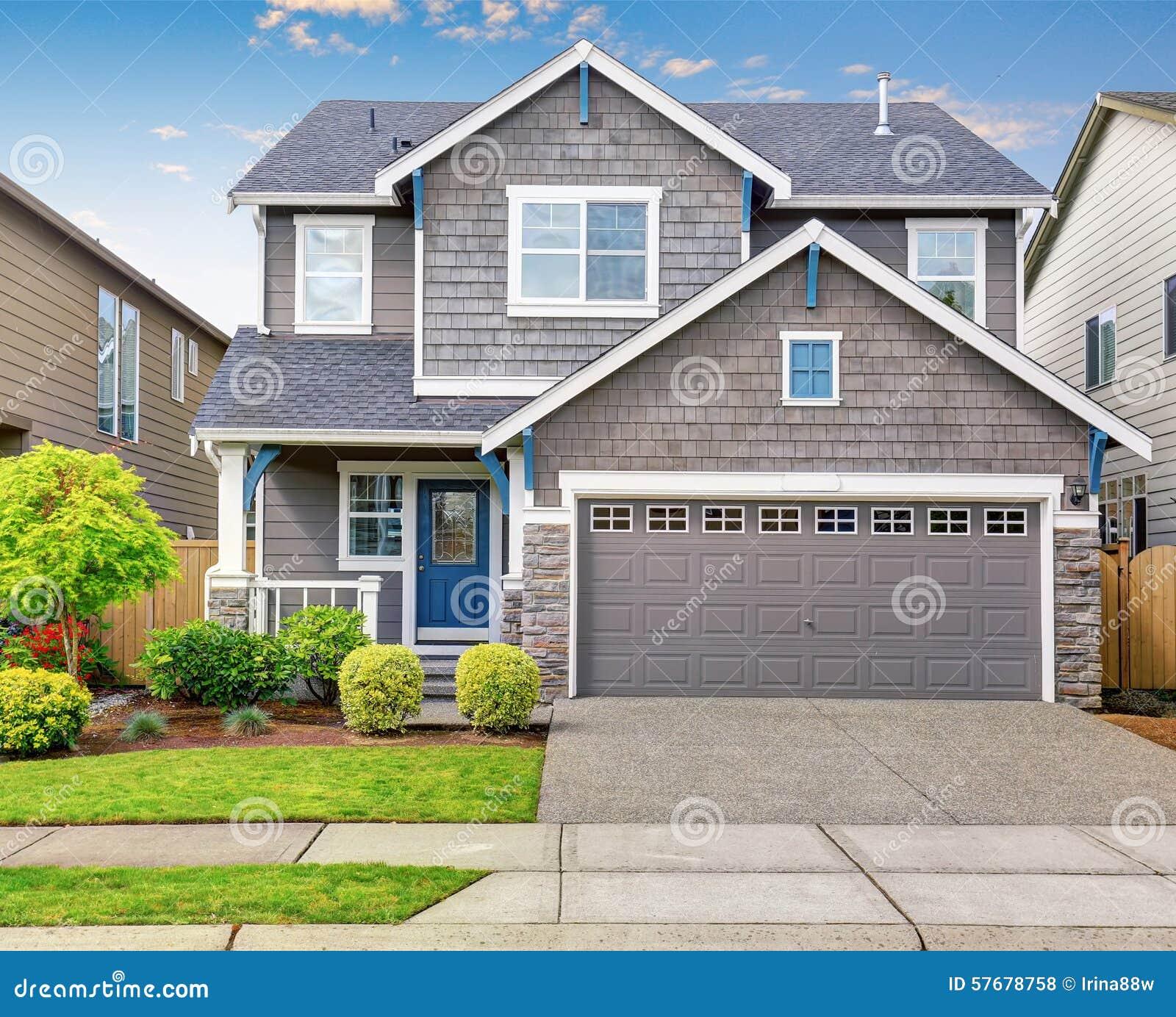 Modern huis met grijze buitenkant en blauwe witte versiering stock foto afbeelding 57678758 - Buitenkant thuis ...