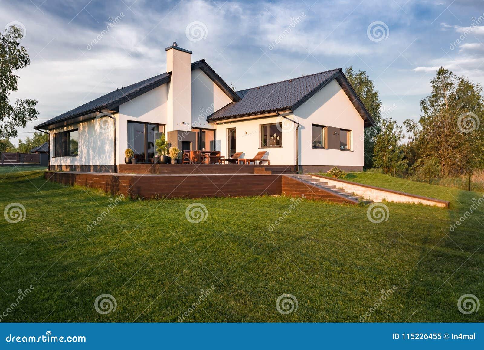 Modern huis met houten terras stock afbeelding afbeelding