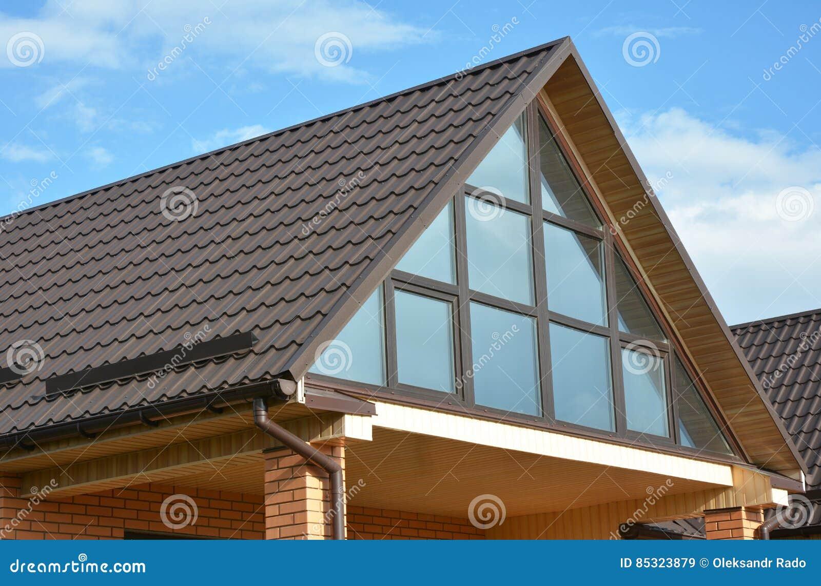 Modern huis met metaaldakwerk, panoramisch venster, dakraam, dakvenster en dakgootsysteem
