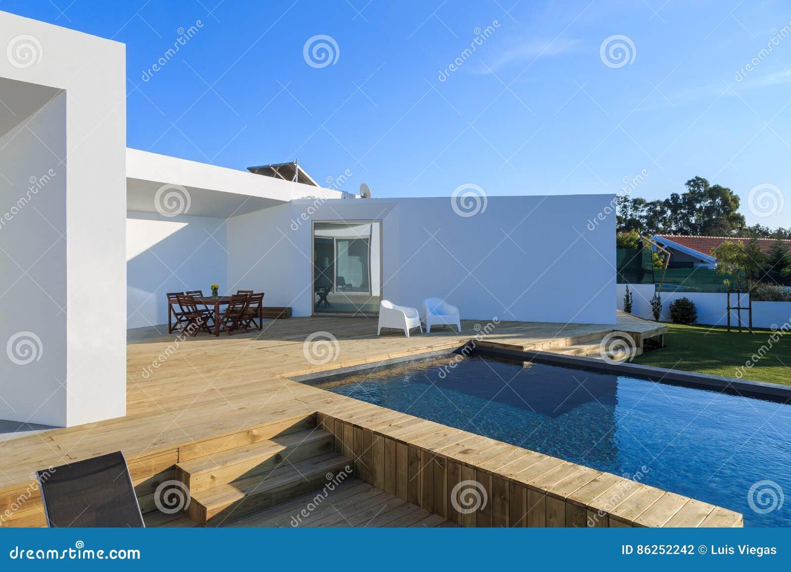 Modern huis met tuin zwembad en houten dek stock foto afbeelding