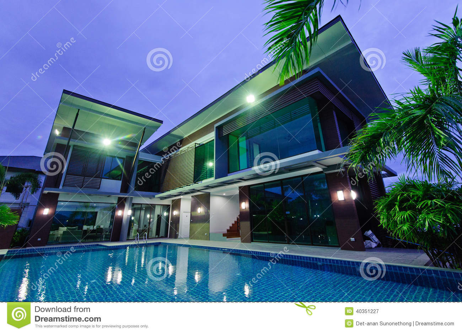 Modern huis met zwembad bij nacht stock afbeelding afbeelding