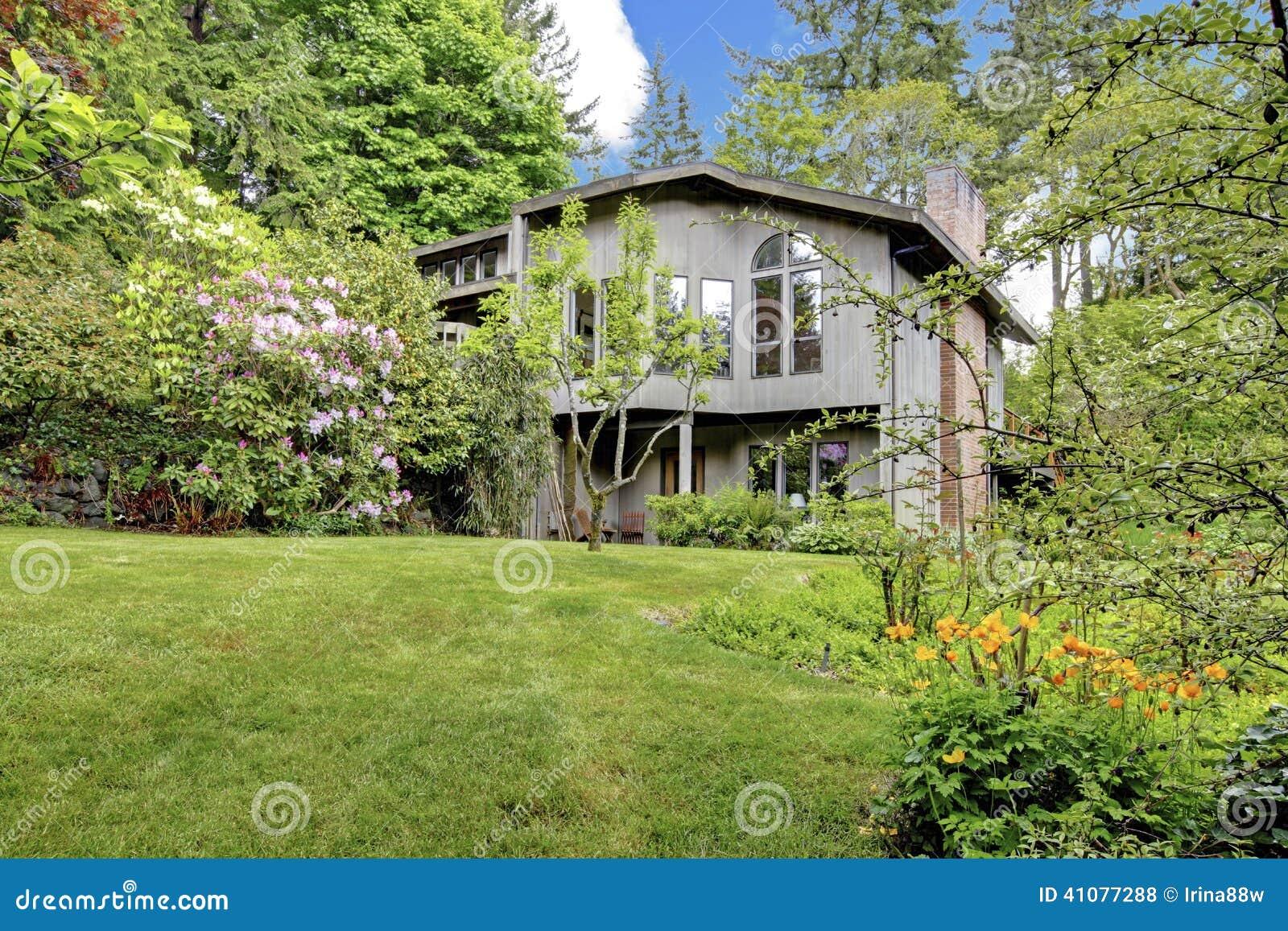 Modern huis oude houten loods en de antieke reeks van de ijzerlijst stock foto beeld 41077288 - Foto modern huis ...