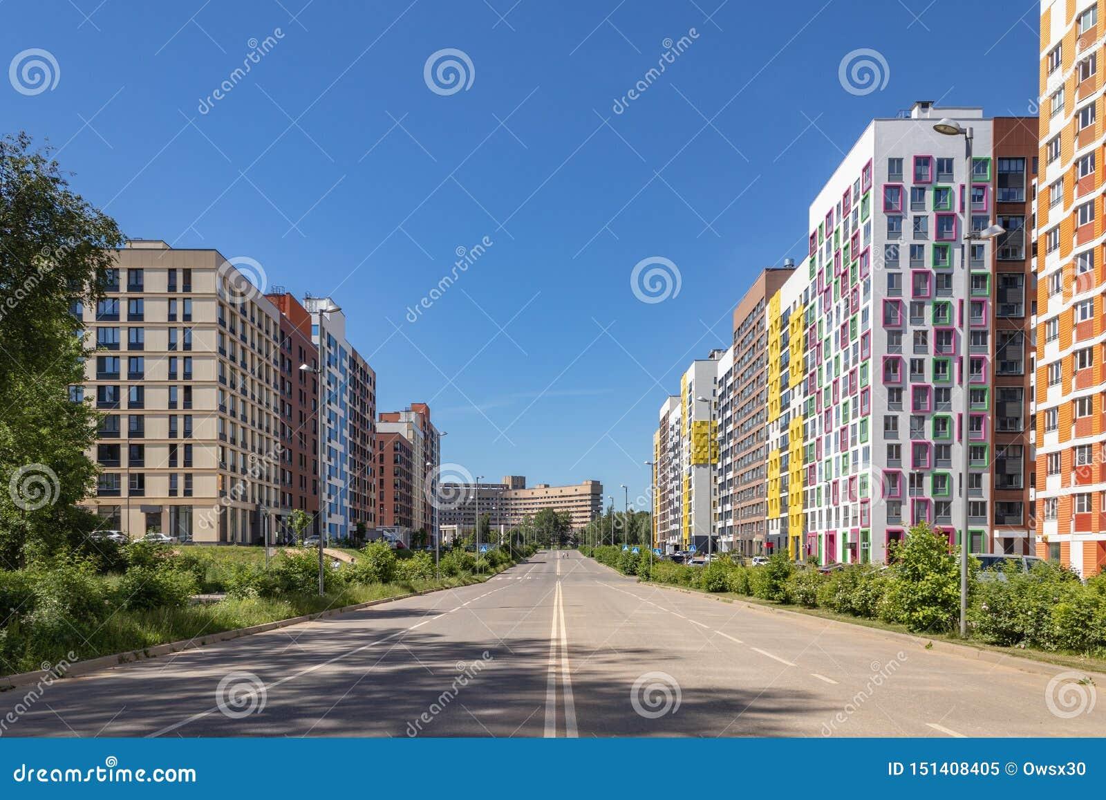 Modern hyreshus med f?rgrika fasader p? utkanten av staden Bostads- komplex i skogen ?, Moskva, Russi
