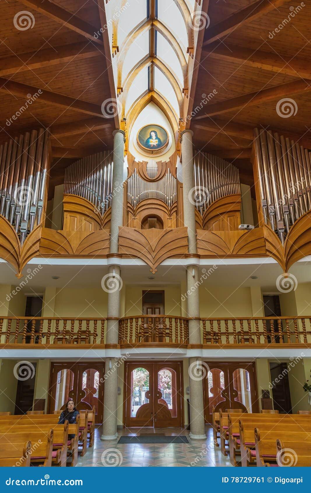 Modern inre av katolska kyrkan för helig ande av den Heviz staden