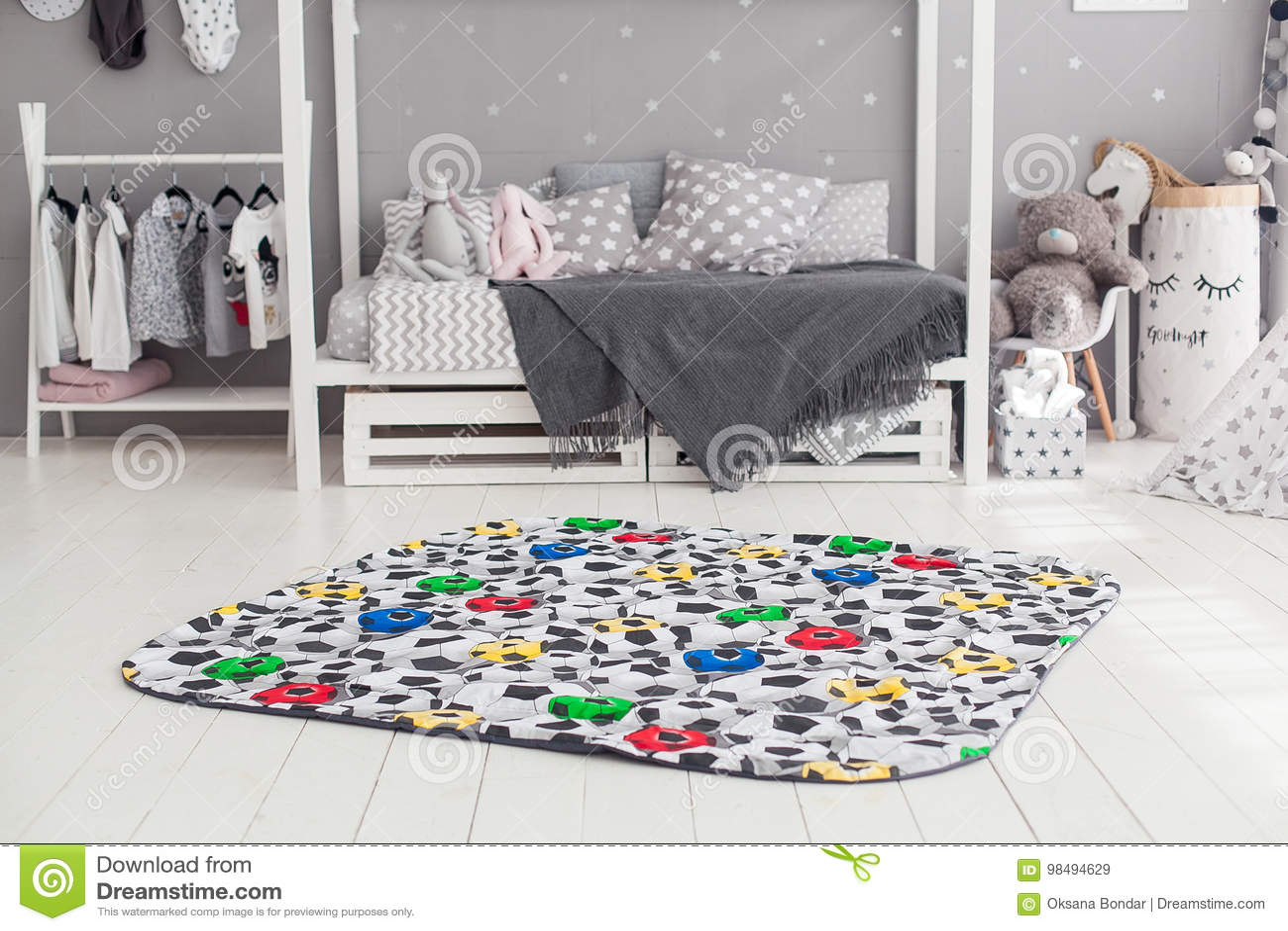 Modern inre av sovrummet för barn` s med främst matta