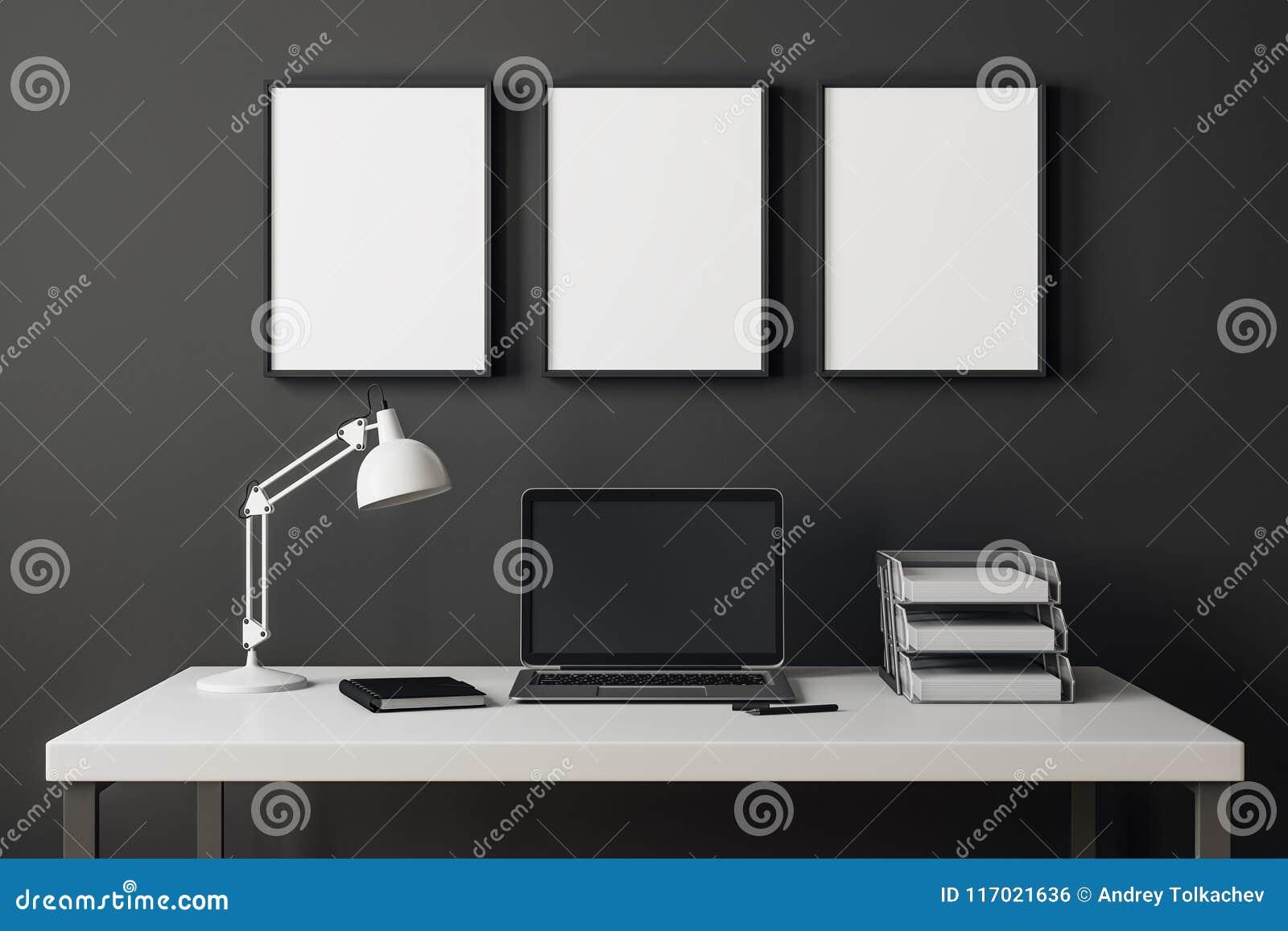 Modern inre med bärbara datorn och affischtavlan