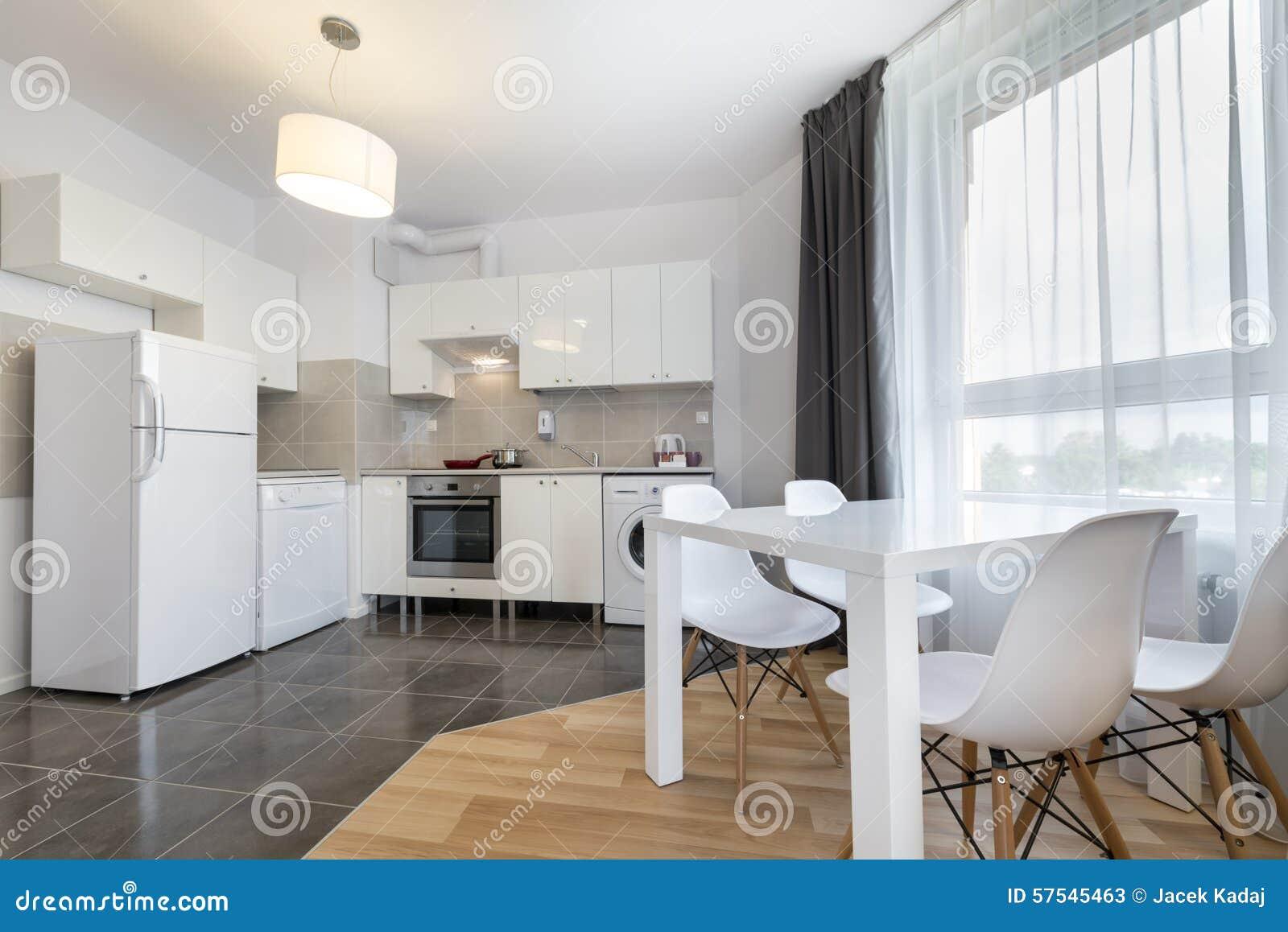 Modern keuken binnenlands ontwerp in witte kleur stock afbeelding